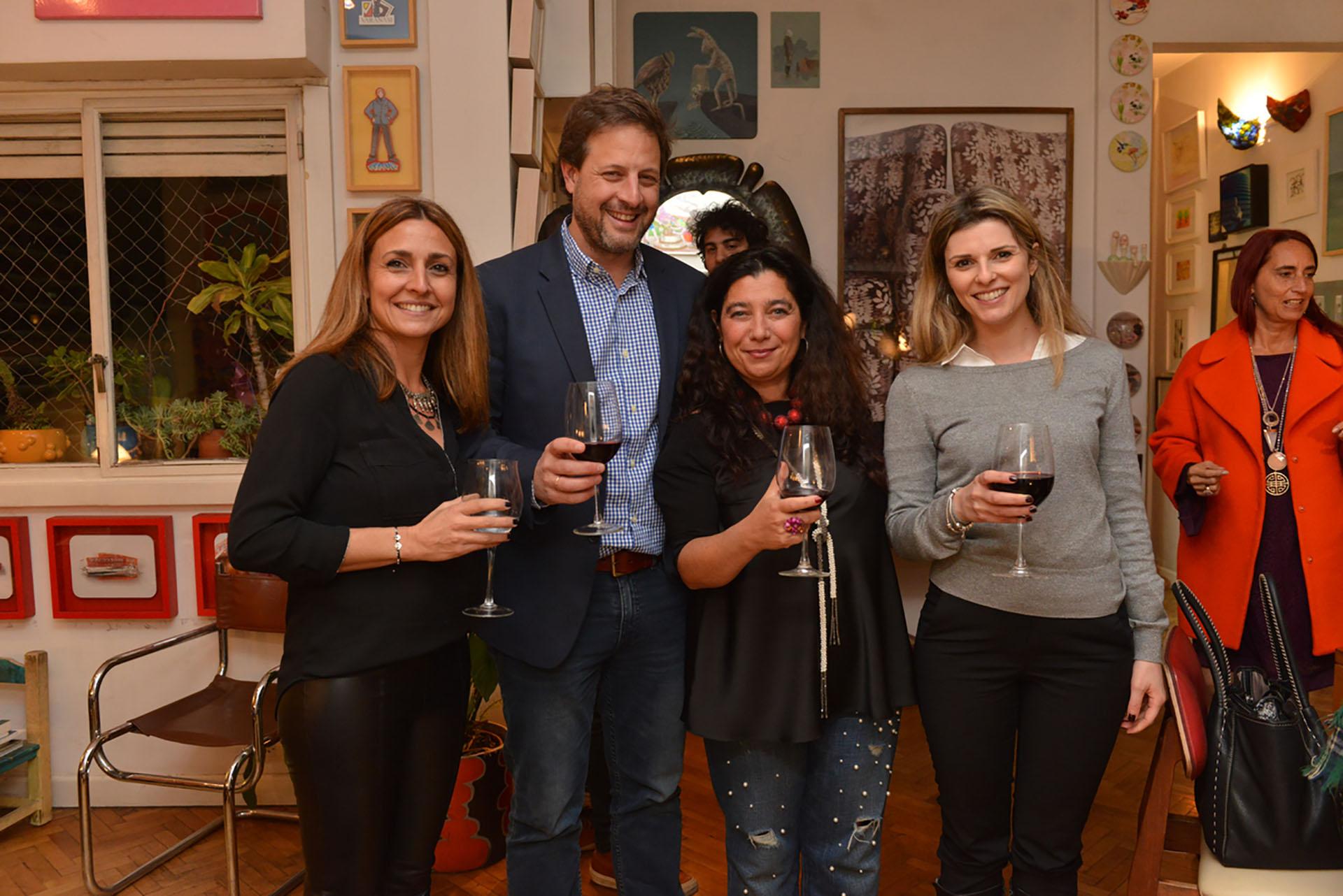 El empresario Andrés Ostropolsky junto a su mujer aompañados por Mariela Ivanier y Yeal Nahir, cónsul y jefa de Administración de la Embajada de Israel