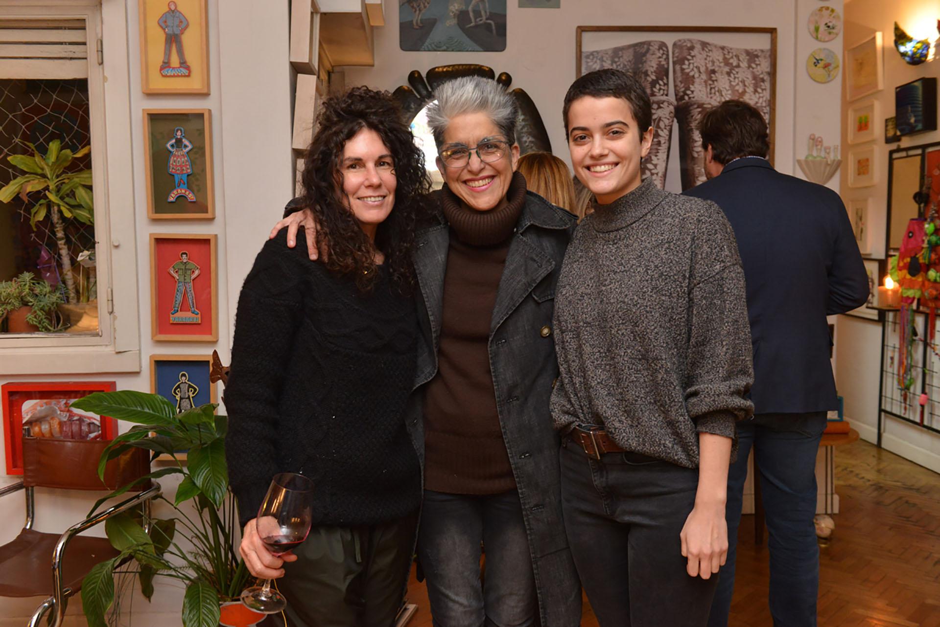 Las artistas Cynthia Cohen y Carolina Iotti junto su hija Catalina