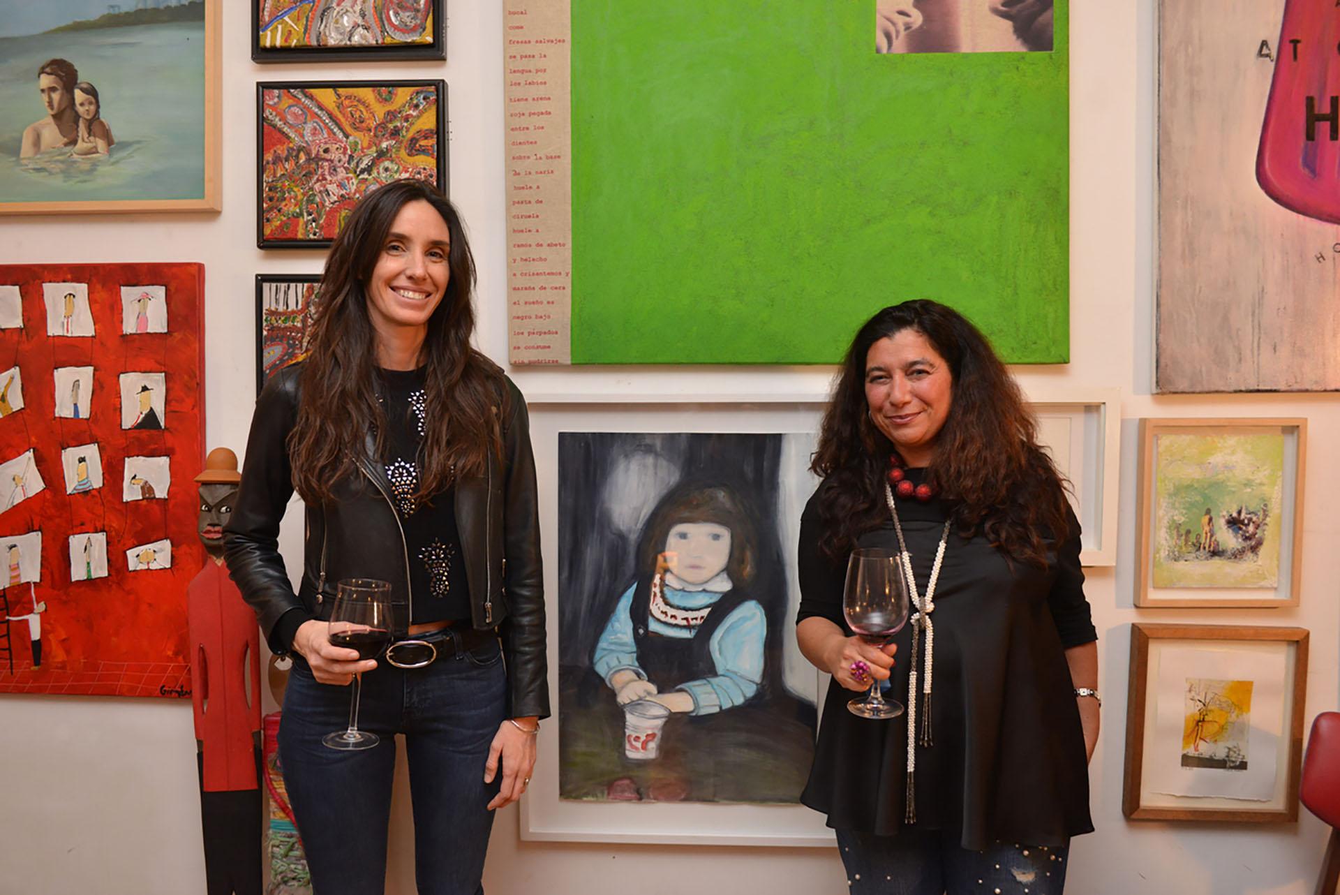La artista Sofía Castro Cranwell junto a su obra, acompañada por Mariela Ivanier