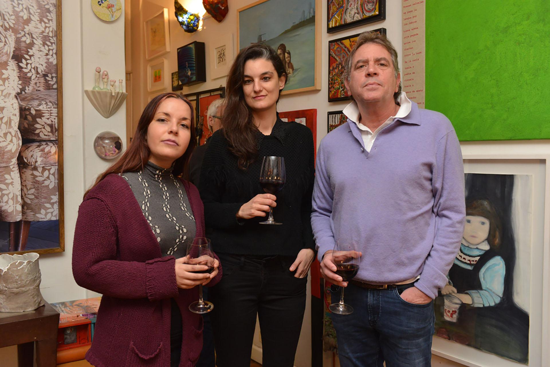 Las artistas Valentina Vera y Fernanda Radetich junto a Gonzalo Guerrieri
