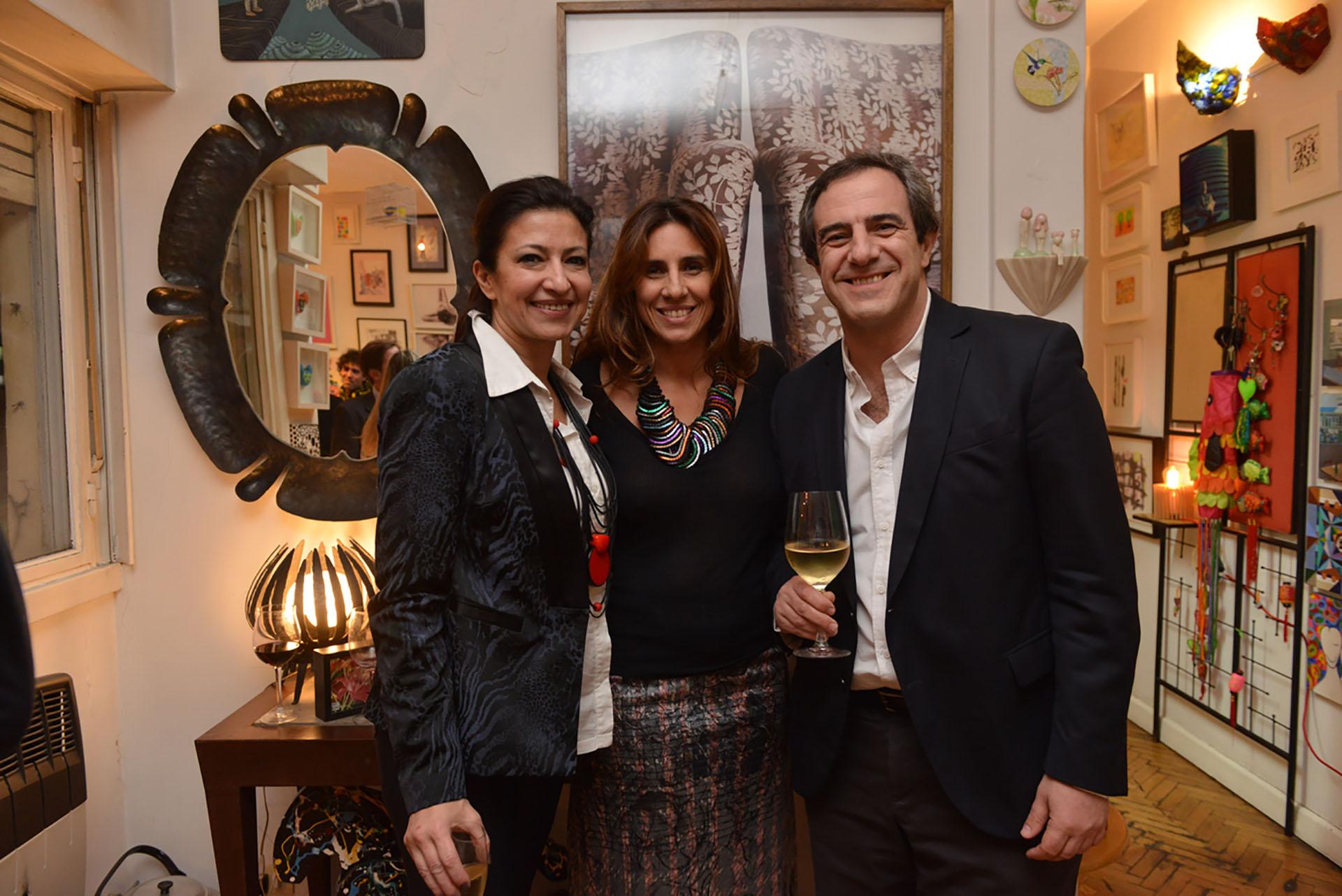 La arquitecta Victoria Baeza, la empresaria Carla Berbanas y el gerente de prensa del Banco Central, Fernando Meaños