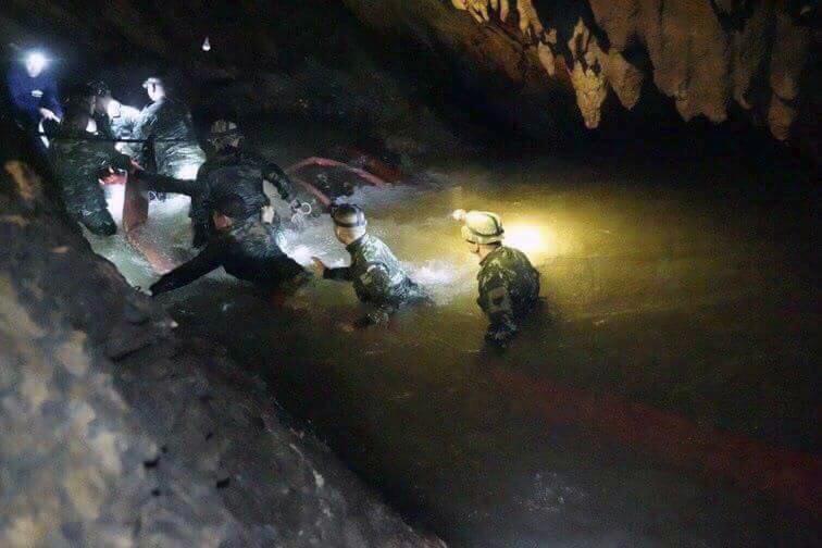 Los rescatistas avanzan por pasadizos inundados en la cueva de Tham Luang en busca de los niños. (Tham Luang Rescue Operation Center)