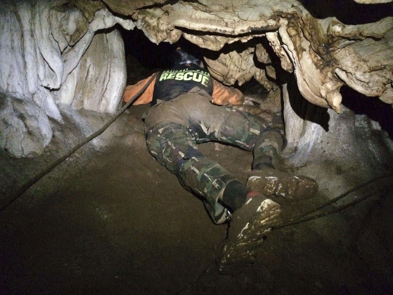 Personal de rescate busca rutas alternativas para seguir avanzando en la búsqueda de los 12 niños atrapados en la cueva de Thuam Luang. (Departamento de Parques Nacionales y Vida Silvestre de Tailandia)