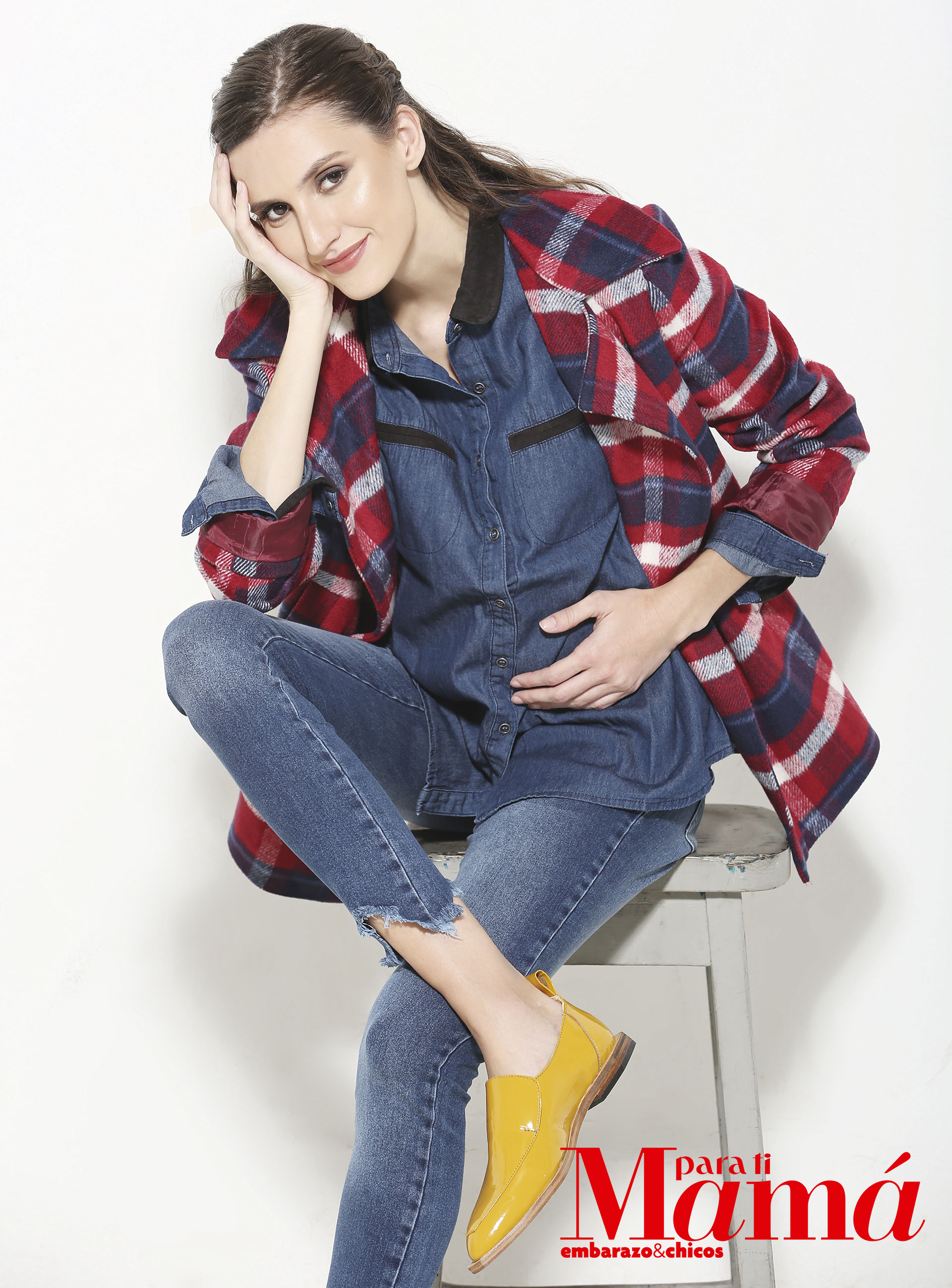 Tapado cortoescocés ($2.599),Inversa; camisa,jean ($960 y $1.850),Maa Maternity ymocasines de charol($3.500), ReginaMargherita.