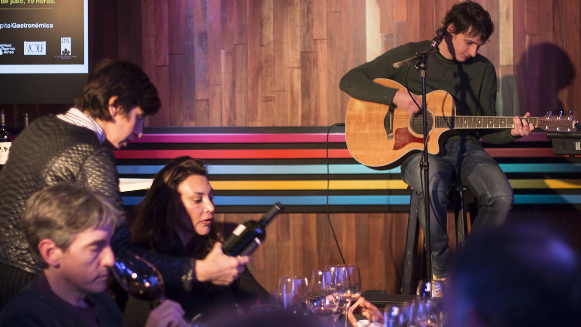 Ana Paula Vitelli durante la cata de vinos en Margen del Mundo, con la música de Nacho Lafflitto