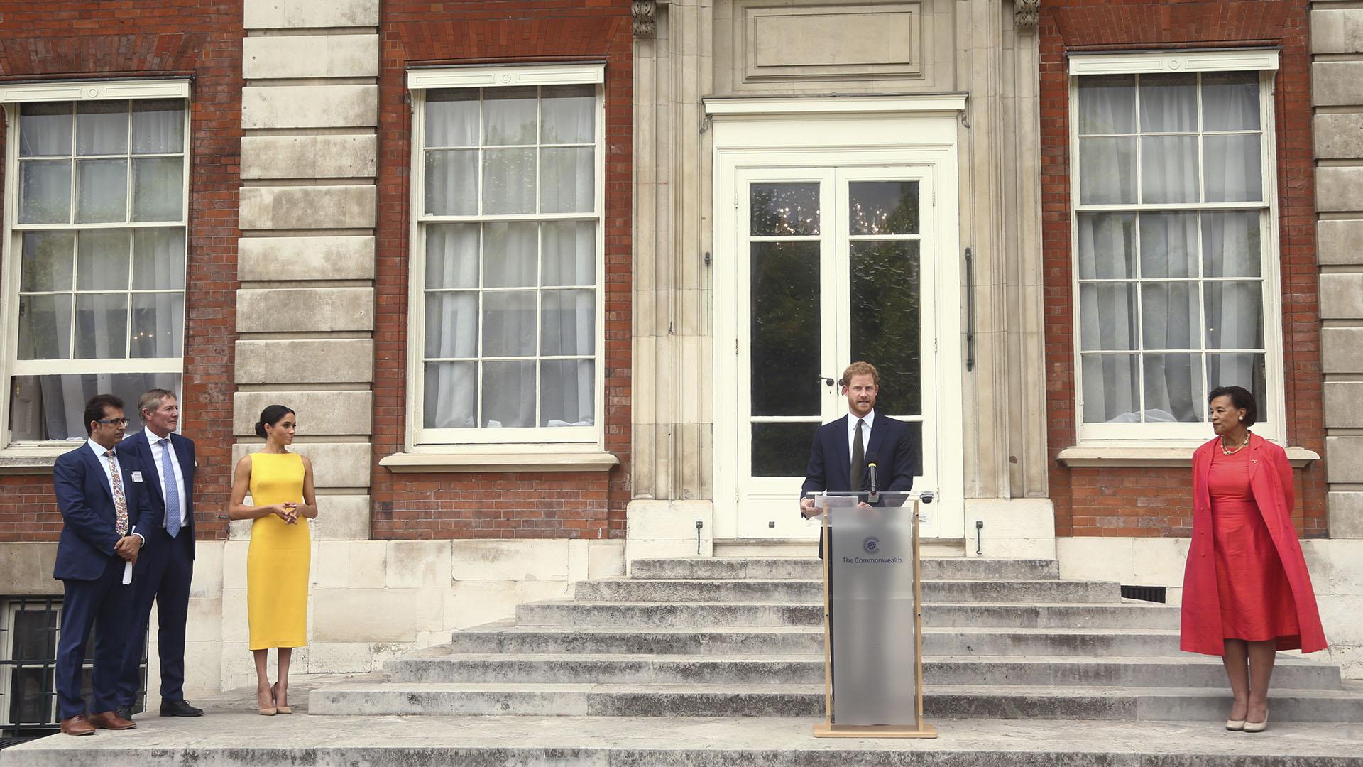 El discurso del príncipe Harry ante la atenta mirada de su mujer