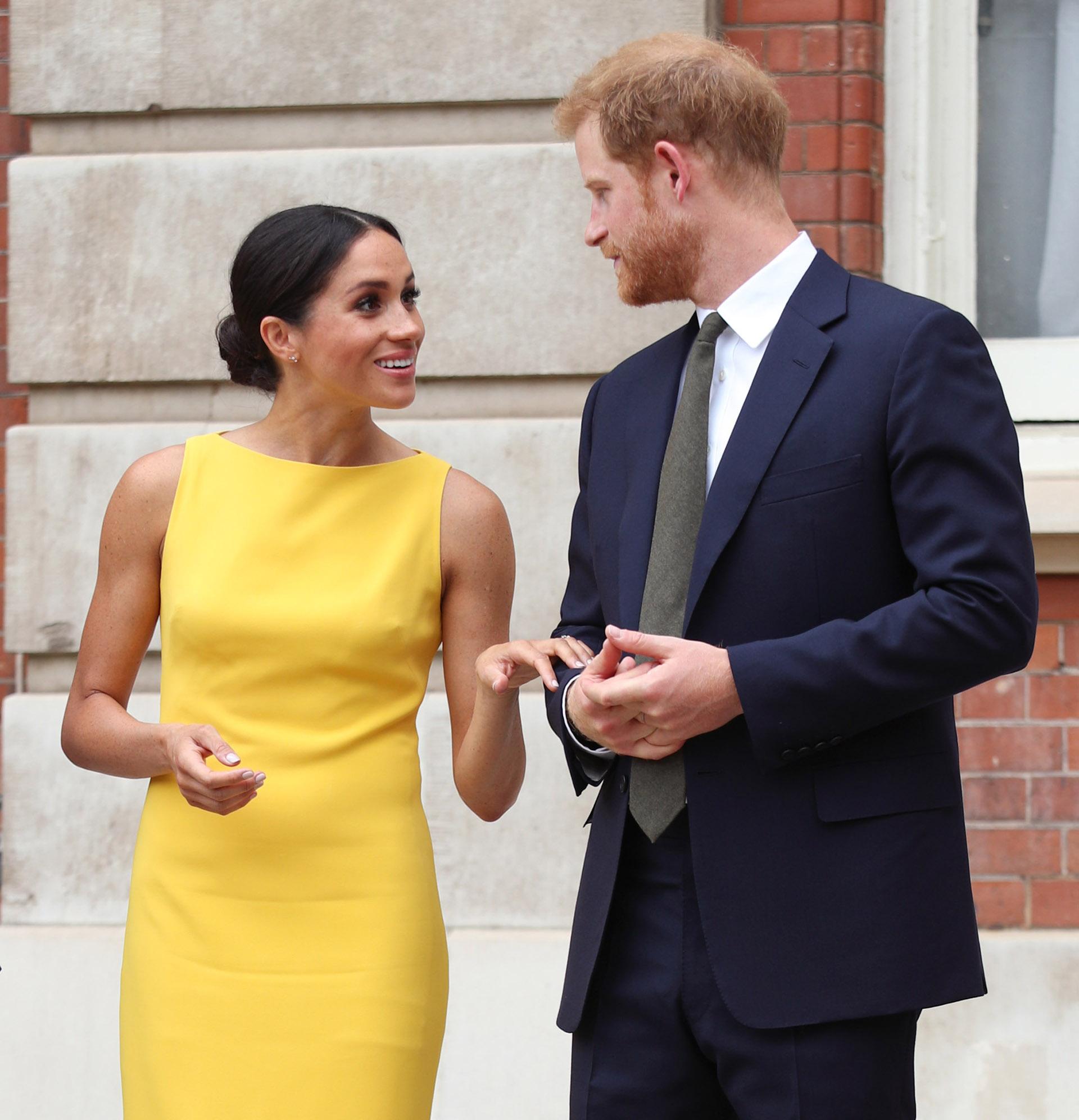 Meghan intenta mantener contacto físico con el príncipe Harry