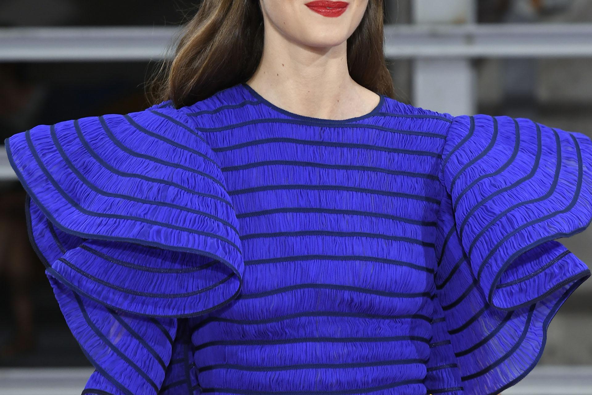Maison Rabih Kayrouz dio de qué hablar consus mangas del estilo flamenco en azul eléctrico envivado con azul Francia y género texturado