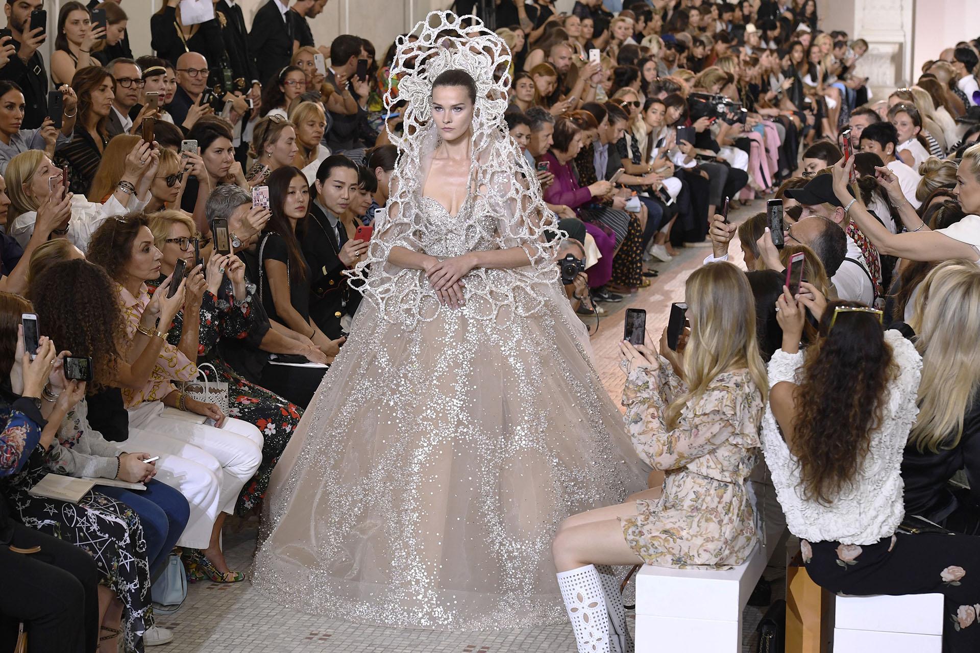 Sea alta costura o de temporada, Elie Saab presenta siempre un modelo de novia. Para el cierre de su desfileideó un diseño romántico pero moderno con un vestido escote corazón y una gran falda princesa bordada y tocado realizado a láser con el mismo bordado del modelo