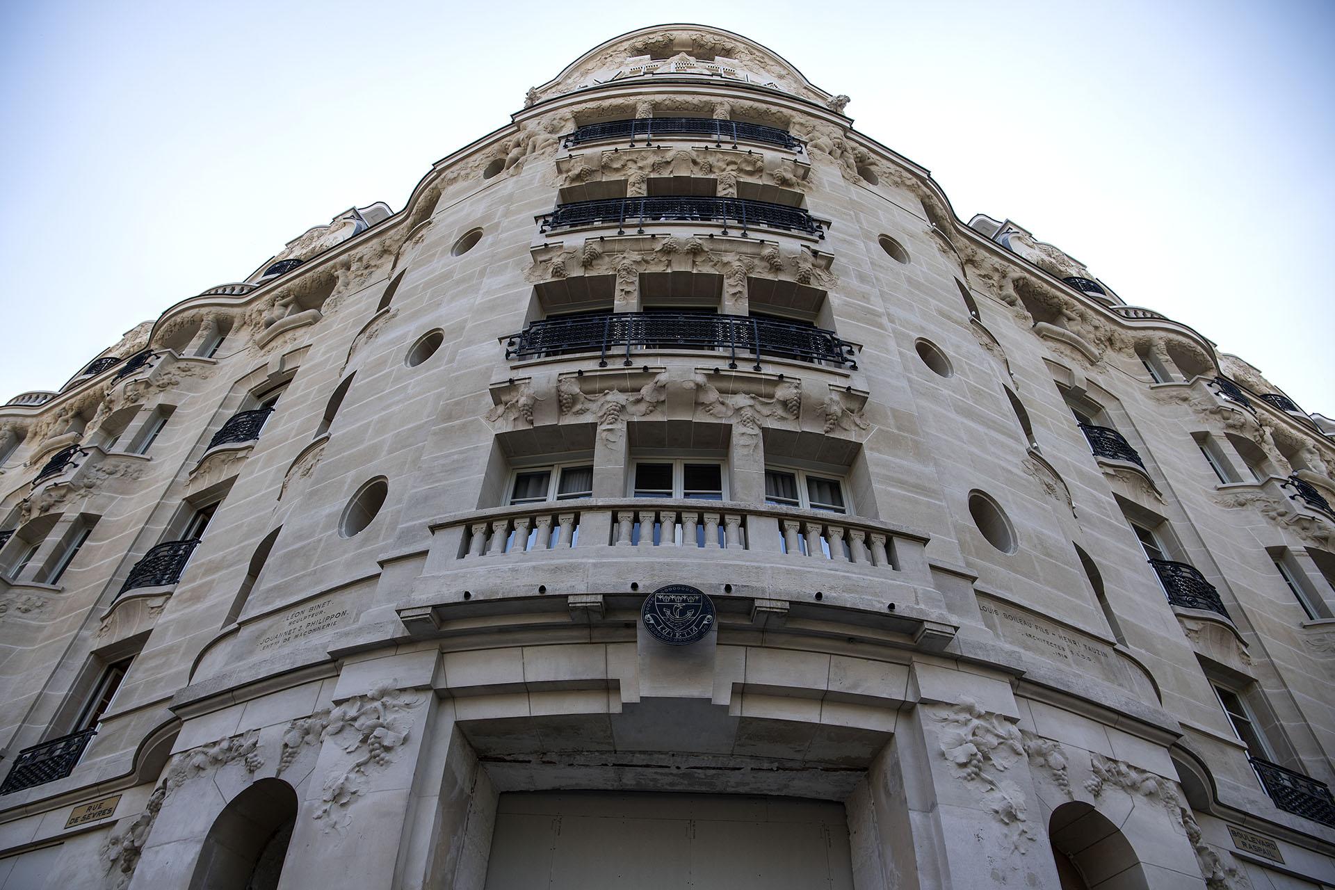 La imagen de la fachada renovada del Hotel Lutecia en París (AFP PHOTO / Christophe ARCHAMBAULT)