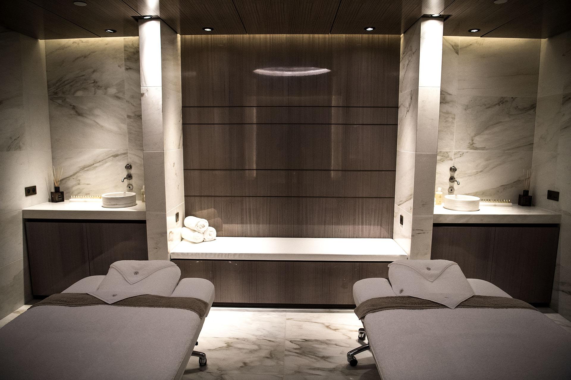 Una habitación para dos dentro del spa del recientemente restaurado Hotel Lutecia (AFP PHOTO / Christophe ARCHAMBAULT)