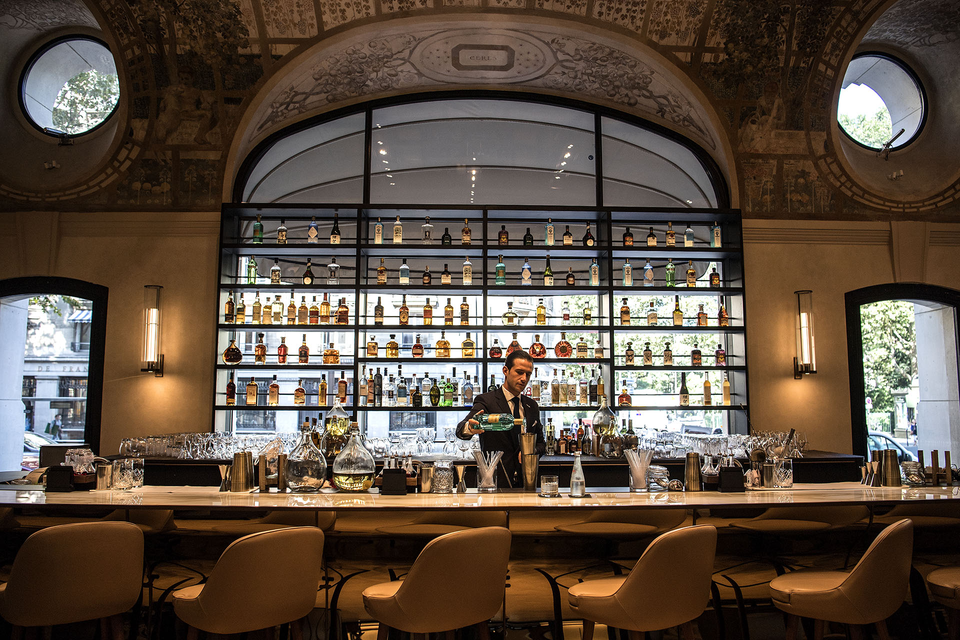 Un bartender prepara una bebida en el bar del Lutecia (AFP PHOTO / Christophe ARCHAMBAULT)