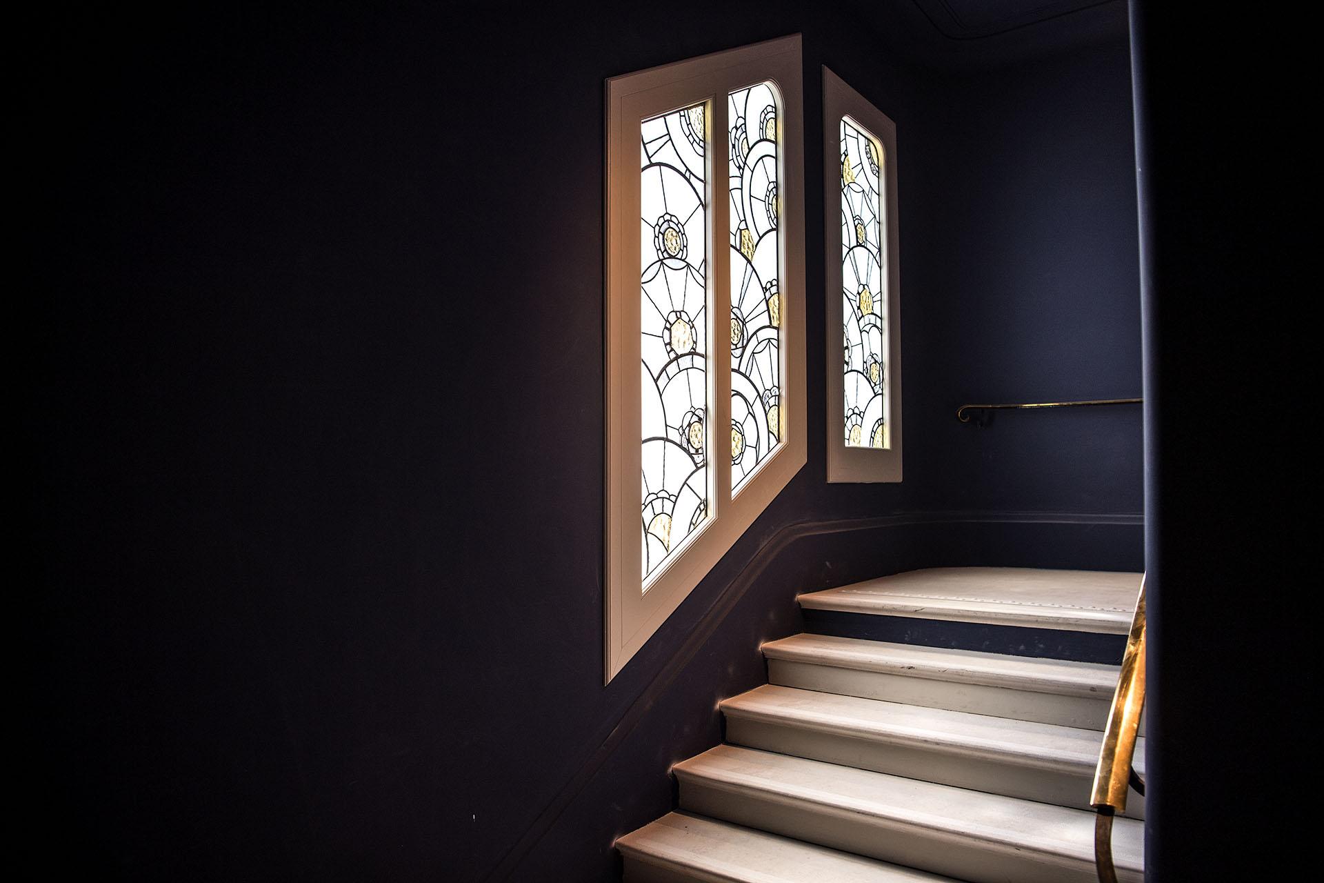 Ventanas con detalles en una de las escaleras del renovado Hotel Lutecia, en París (AFP PHOTO / Christophe ARCHAMBAULT)
