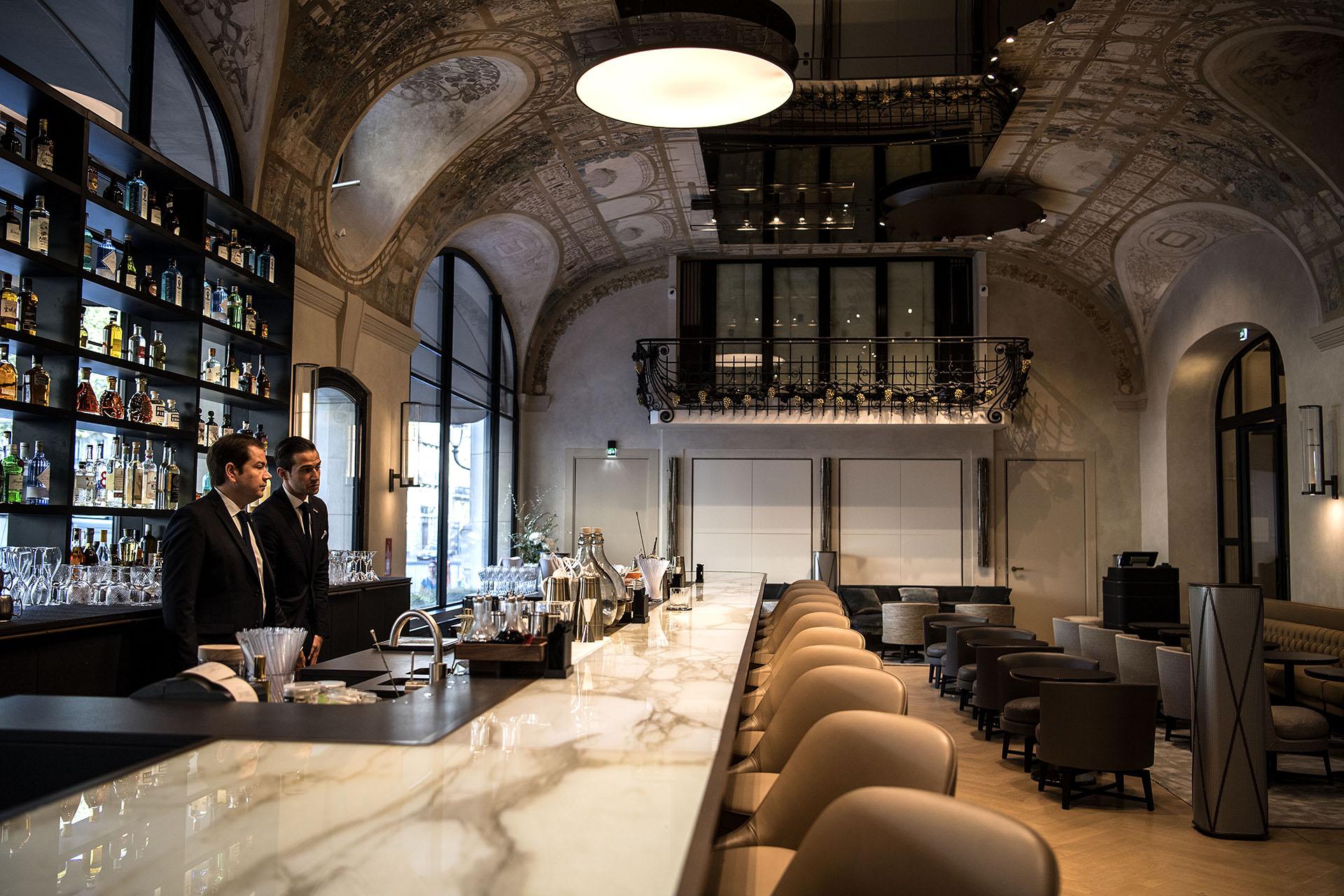 Bartenders en el bar del Lutecia (AFP PHOTO / Christophe ARCHAMBAULT)