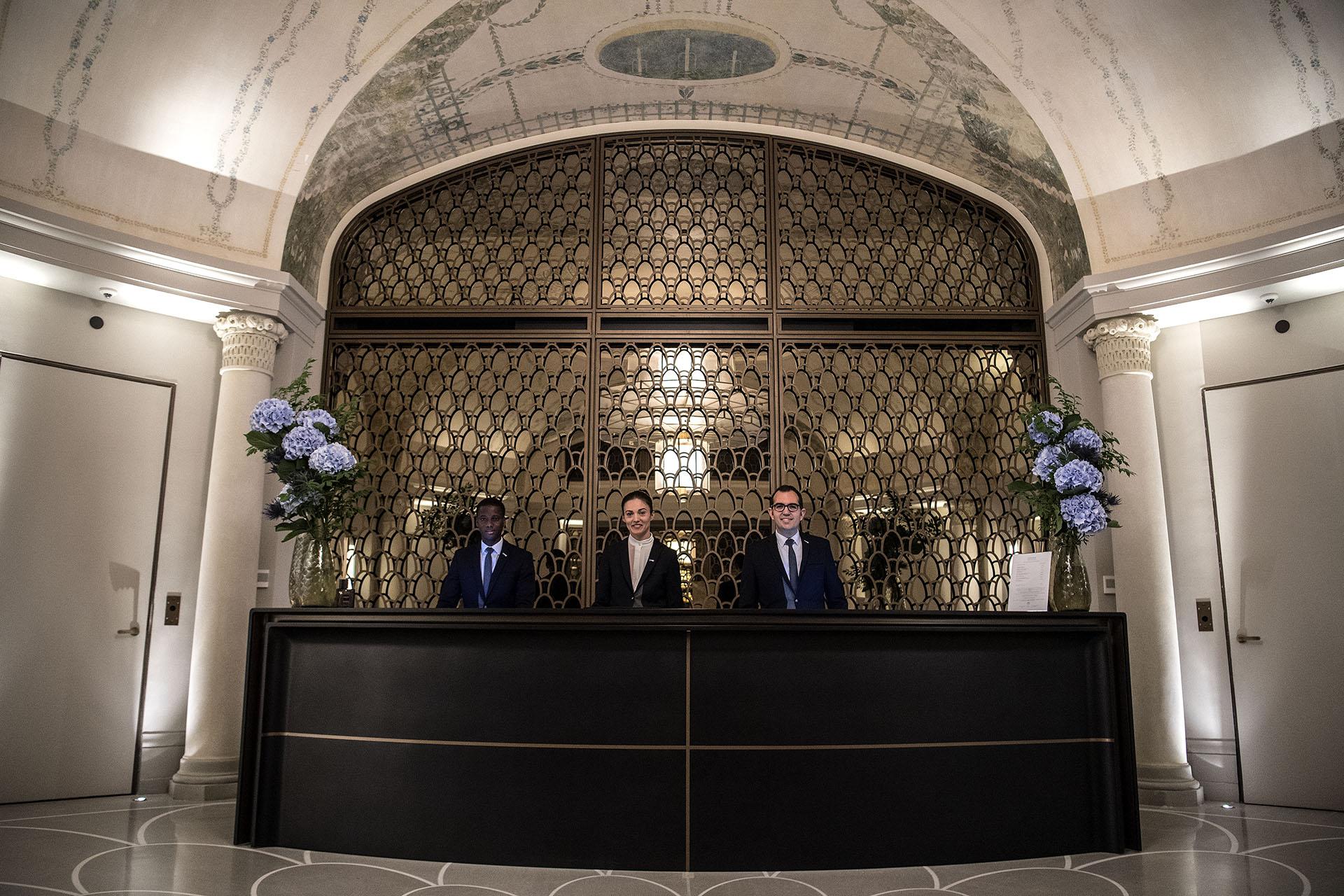 La recepción del Hotel Lutecia, recientemente restaurado (AFP PHOTO / Christophe ARCHAMBAULT)