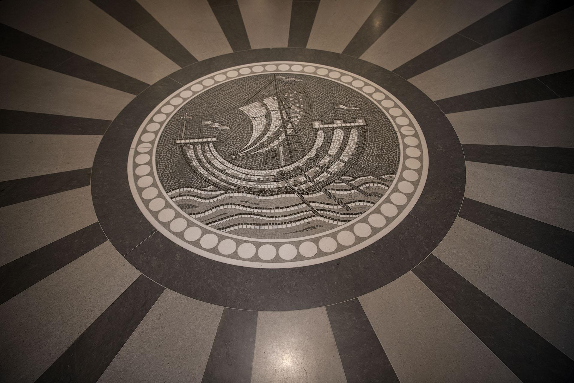Un mosaico y el emblema del hotel en el piso del lobby del Lutencia (AFP PHOTO / Christophe ARCHAMBAULT)