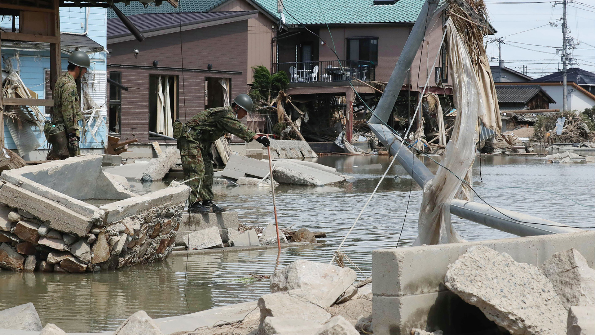 Unos 73.000 efectivos de las Fuerzas de Autodefensa (Ejército), la policía y los bomberos continúan con las operaciones de búsqueda de desaparecidos y de rescate de personas que se refugiaron en techos de edificios inundados, tareas en las que participan también 73 helicópteros y decenas de embarcaciones