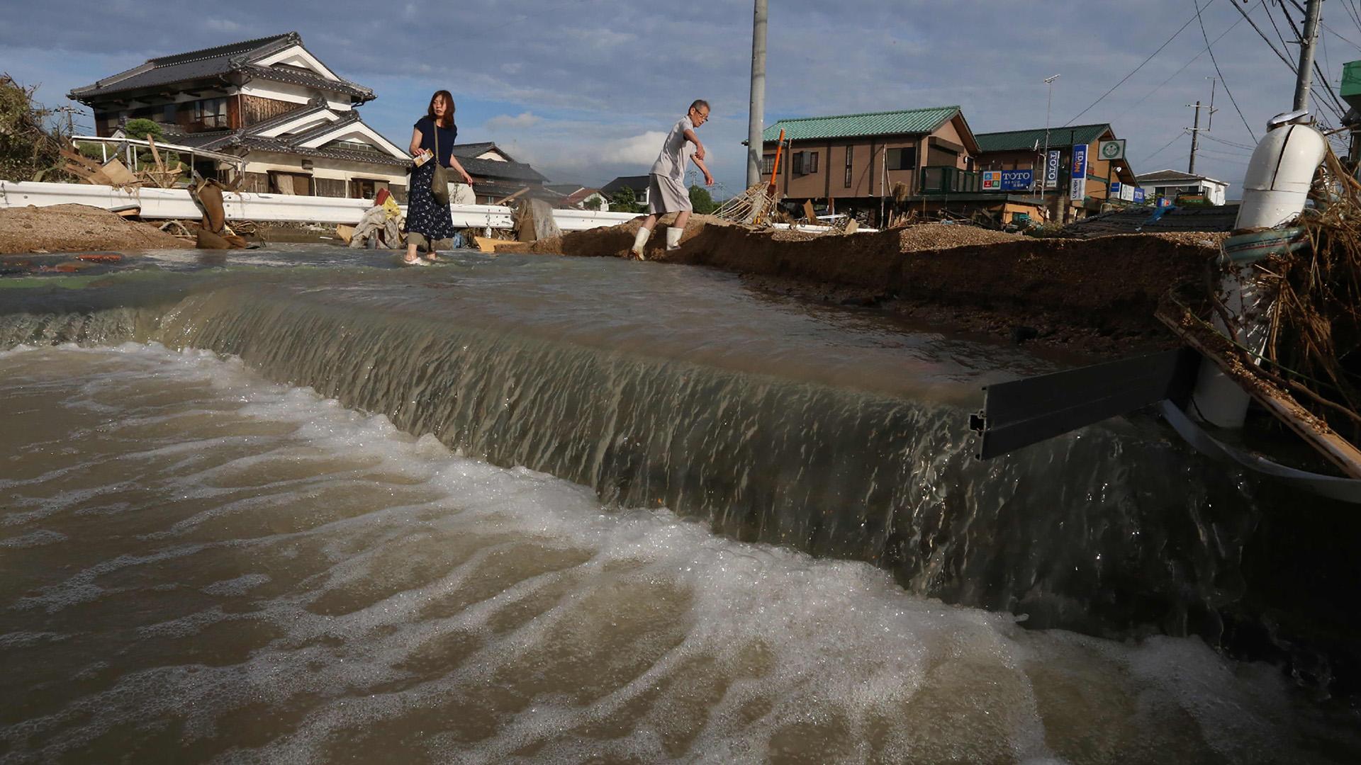 Las precipitaciones récord registradas desde el jueves en regiones del sur, el centro y el oeste del archipiélago nipón han causado graves daños en miles de viviendas e infraestructuras, provocado la evacuación de decenas de miles de personas y dejado aisladas a poblaciones enteras