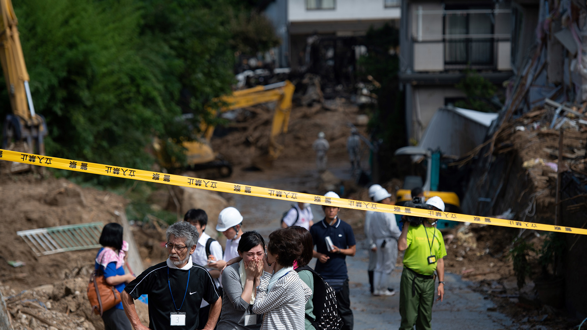 Miles de viviendas no tenían agua potable ni electricidad en Hiroshima y en otras zonas afectadas, donde muchos hacían fila ante tanques de agua bajo un sol abrasador con temperaturas de hasta 34 grados Celsius