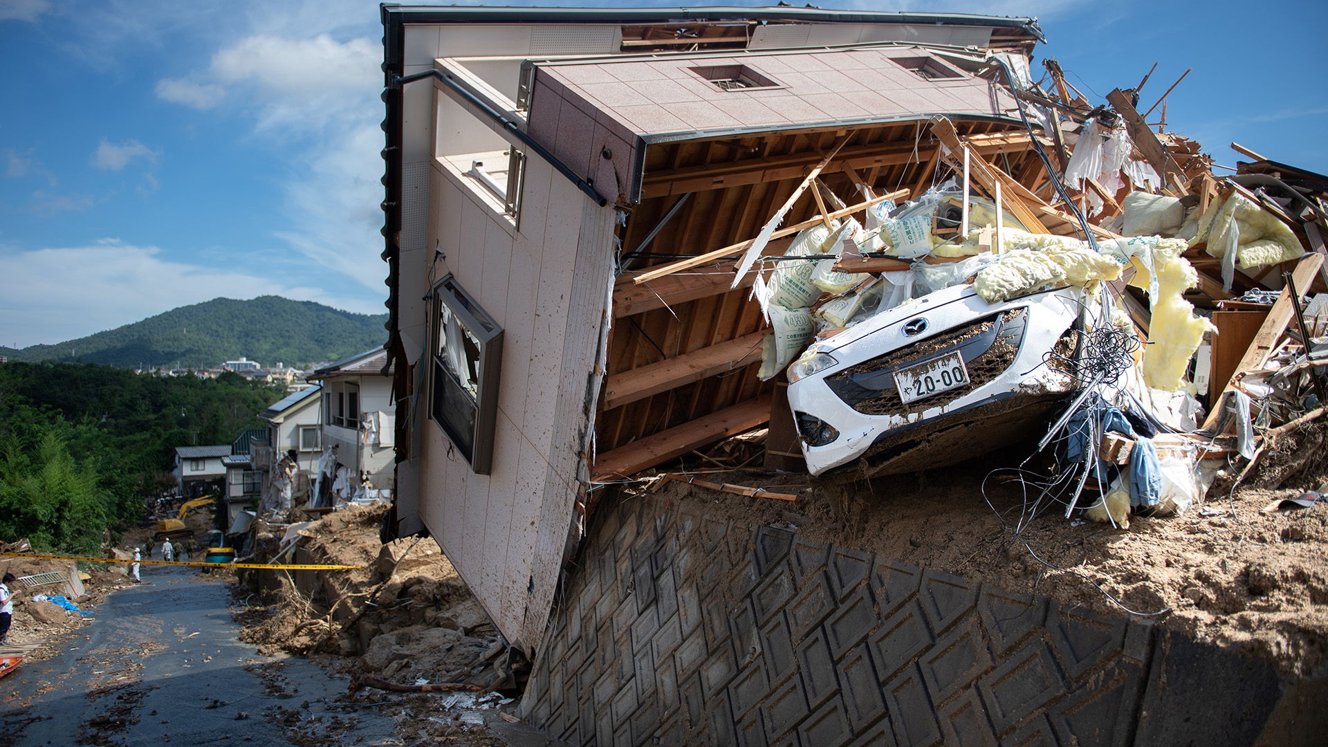 La mayoría de los muertos y desaparecidos resultaron arrastrados por las crecidas de ríos o desbordes de diques, o atrapados en corrimientos de tierra y derrumbes de edificios provocados por las precipitaciones, que alcanzaron los 1.600 milímetros acumulados en algunos puntos, el mayor nivel registrado desde 1976