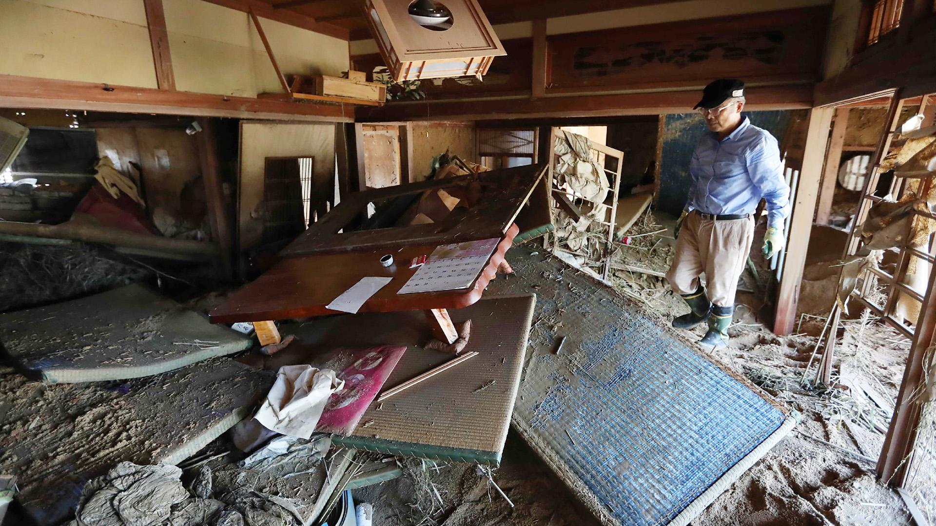 Los impactados residentes regresaron a sus enlodadas viviendas sin saber bien por dónde empezar las tareas de recuperación y limpieza dada la magnitud de los daños causados por las inundaciones y los deslaves