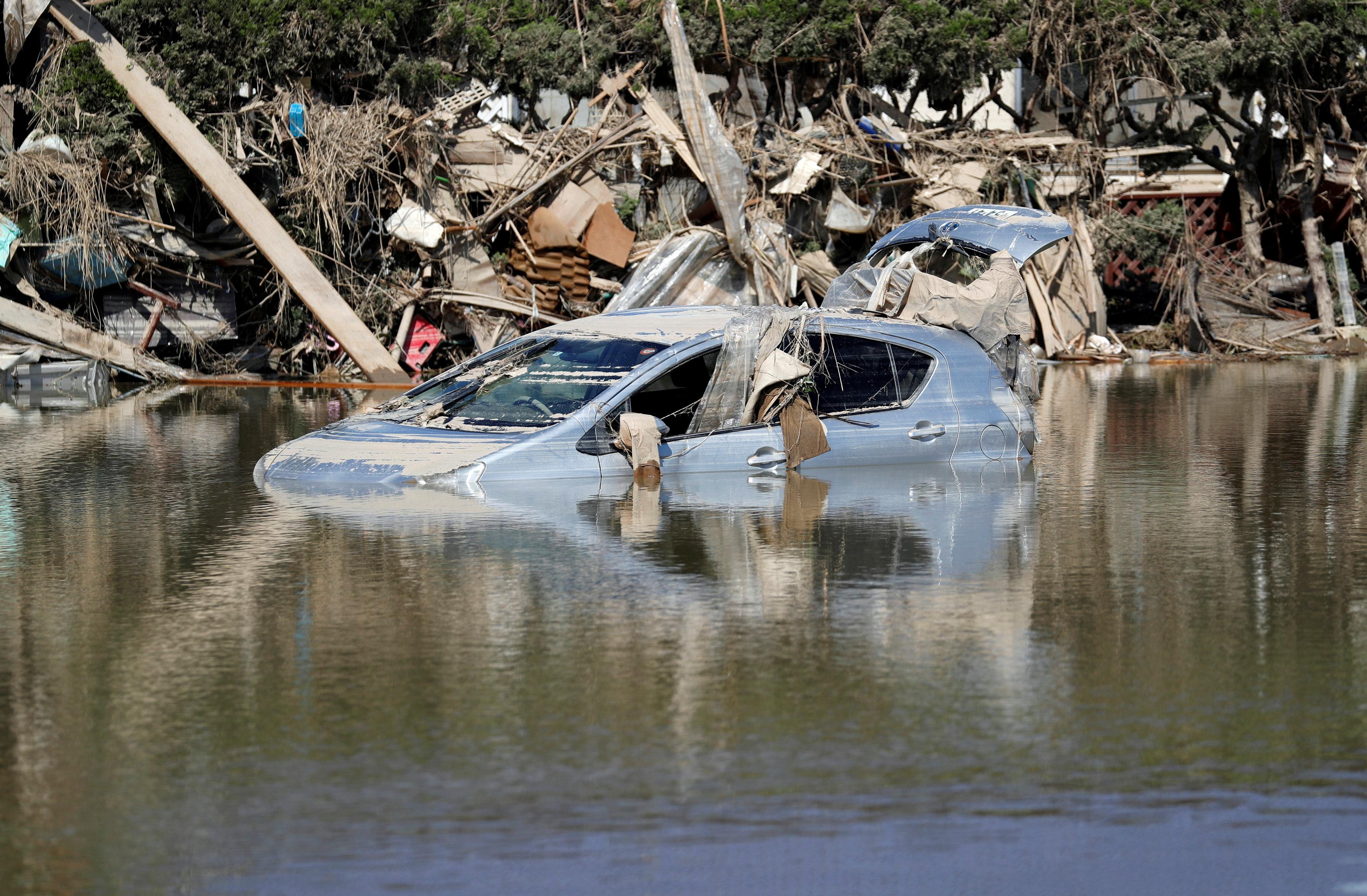 En la localidad de Mabicho (Okayama), una de las más castigadas, unas 1.200 hectáreas o dos tercios de su superficie quedaron totalmente inundadas en cuestión de horas, lo que empujó a un millar de personas a refugiarse en los techos o azoteas de las 4.600 viviendas que fueron engullidas por el agua y el barro
