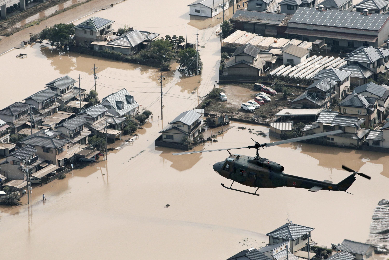 Al regresar a sus hogares siniestrados cuando amainó la lluvia, los habitantes empezaron a darse cuenta de la amplitud del desastre. Hay barrios enteros inundados, vehículos en medio de cráteres formados en unas carreteras completamente destruidas, enormes riadas de barro y puentes arrasados, entre otras escenas de devastación