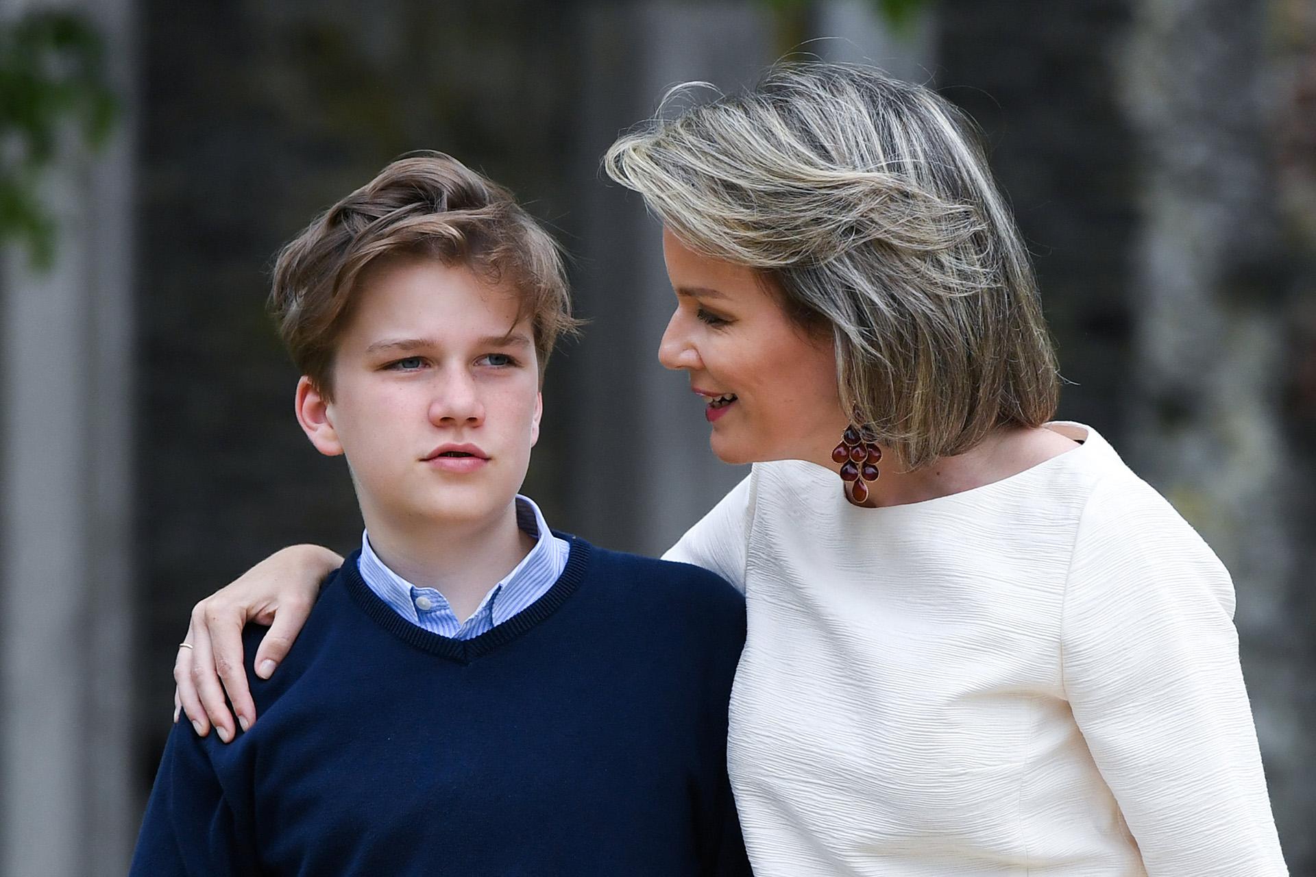 La reina abraza a su hijo, el príncipe Gabriel