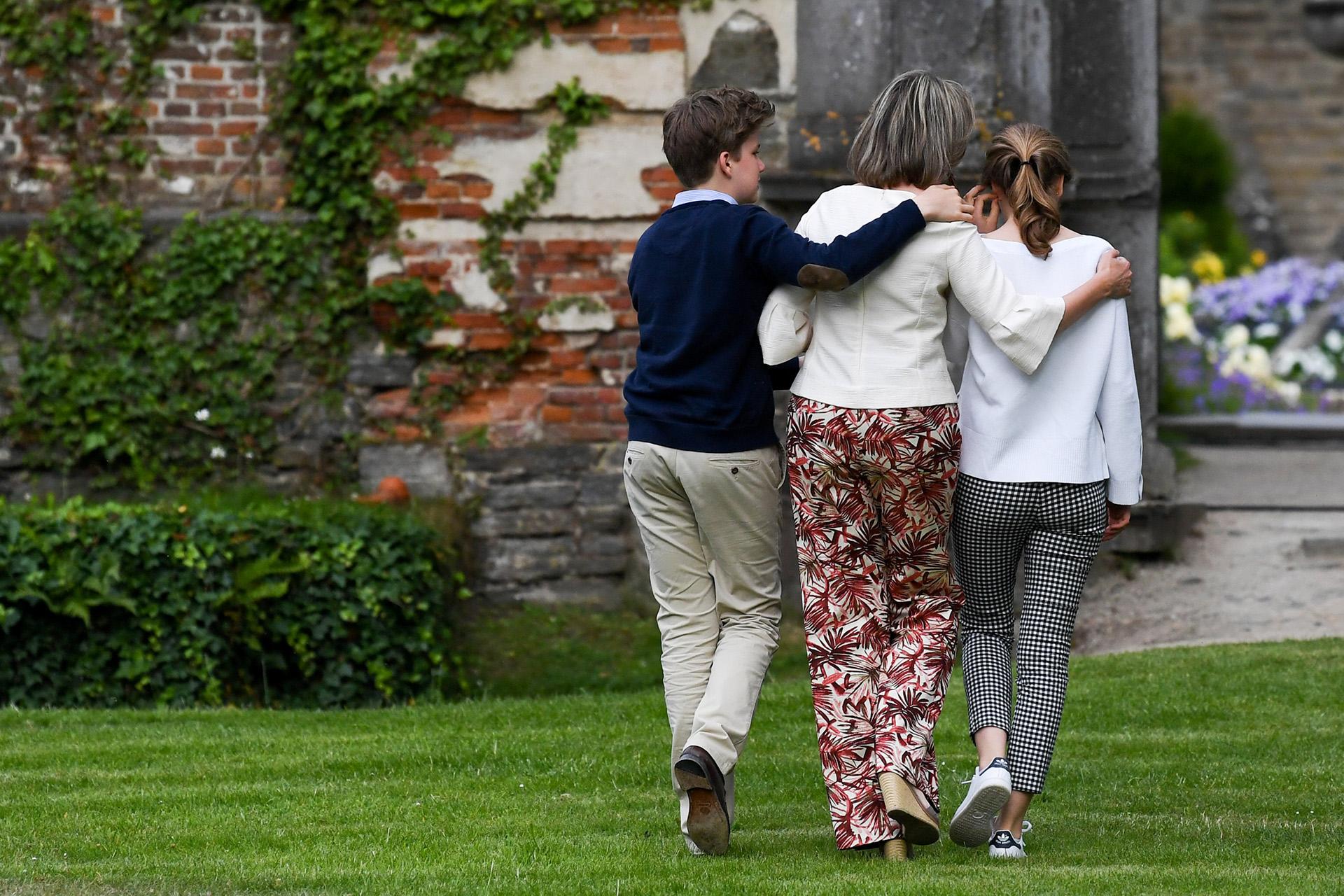 La monarca disfrutó de una divertida jornada en familia y caminó abrazada con sus hijos