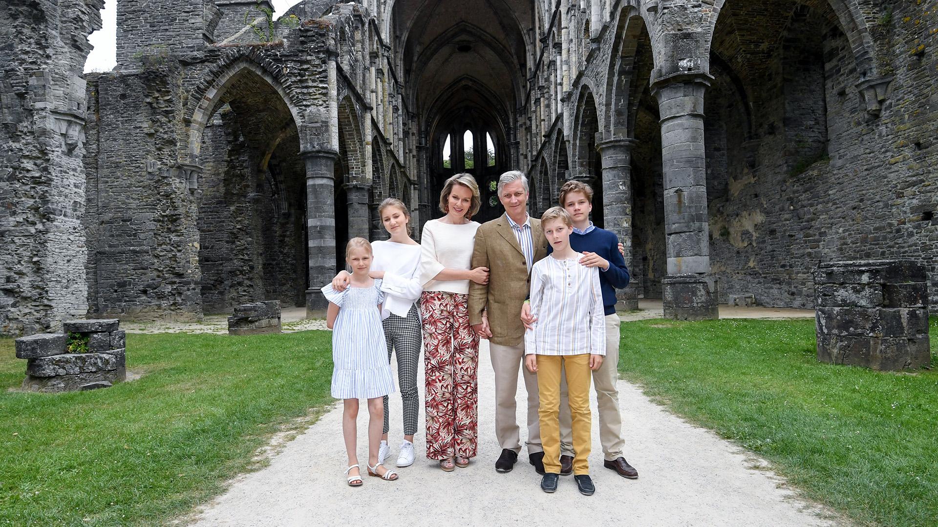 Los reyes posan junto a sus cuatro hijos: Eleonore, Elisabeth, Emmanuel y Gabriel