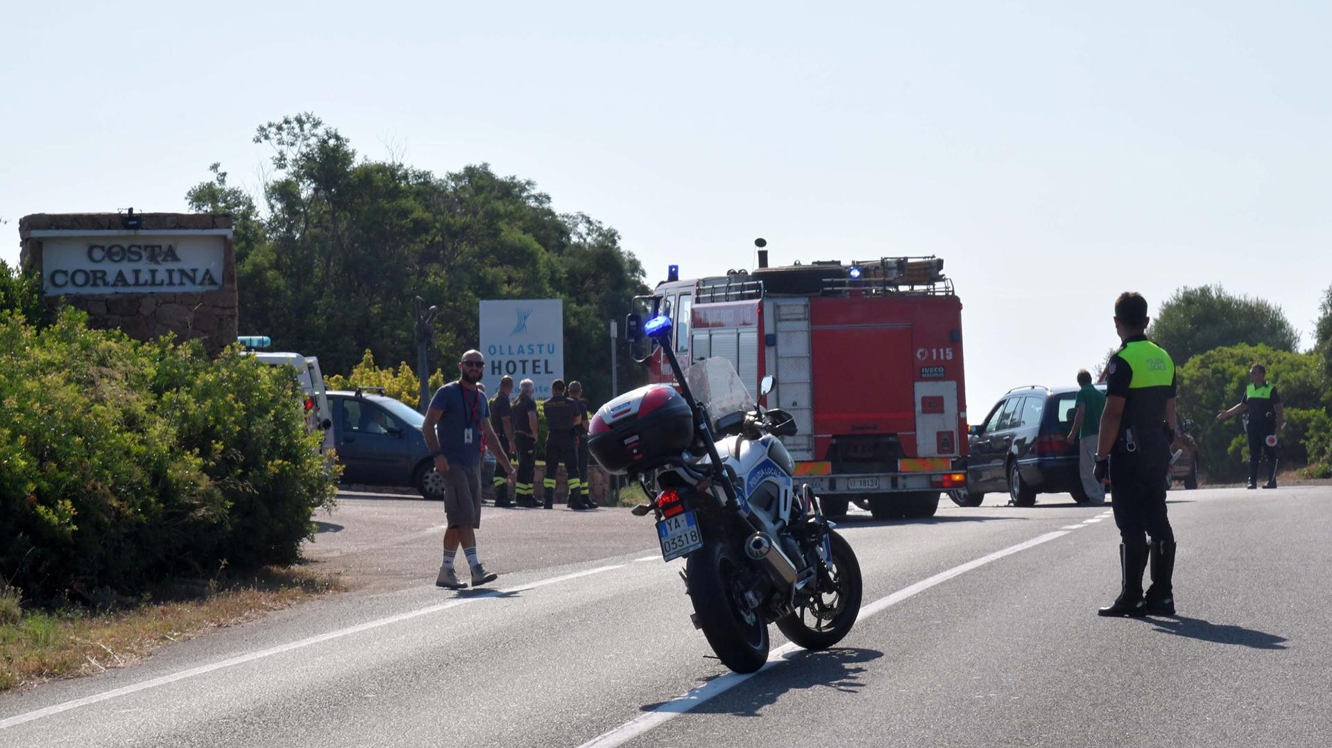 Un policía bloquea el tráfico mientras George Clooney es atendido en la carretera donde sufrió el accidente. (Grosby Group)