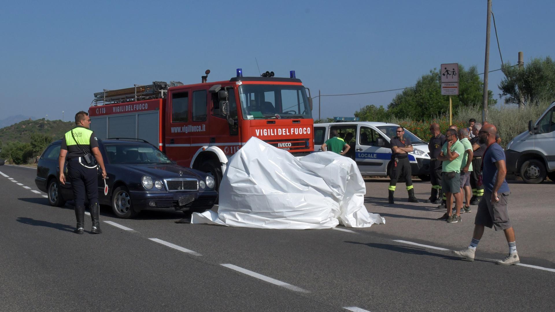 La motocicleta de George Clooney fue cubierta con una tela blanca tras el accidente. (Grosby Group)