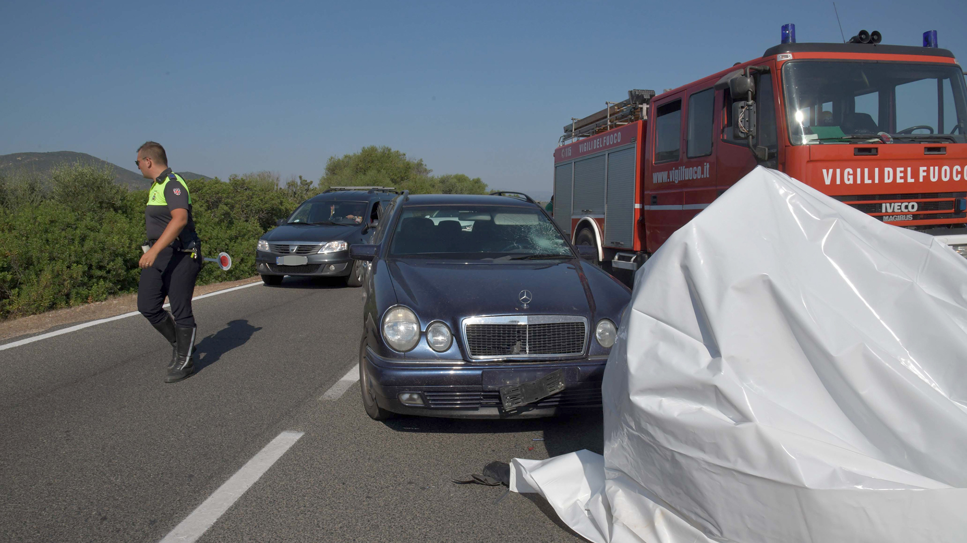 El vehículo Mercedes Benz quedó detenido en medio de la carreterade CerdeñaenCosta Corallina