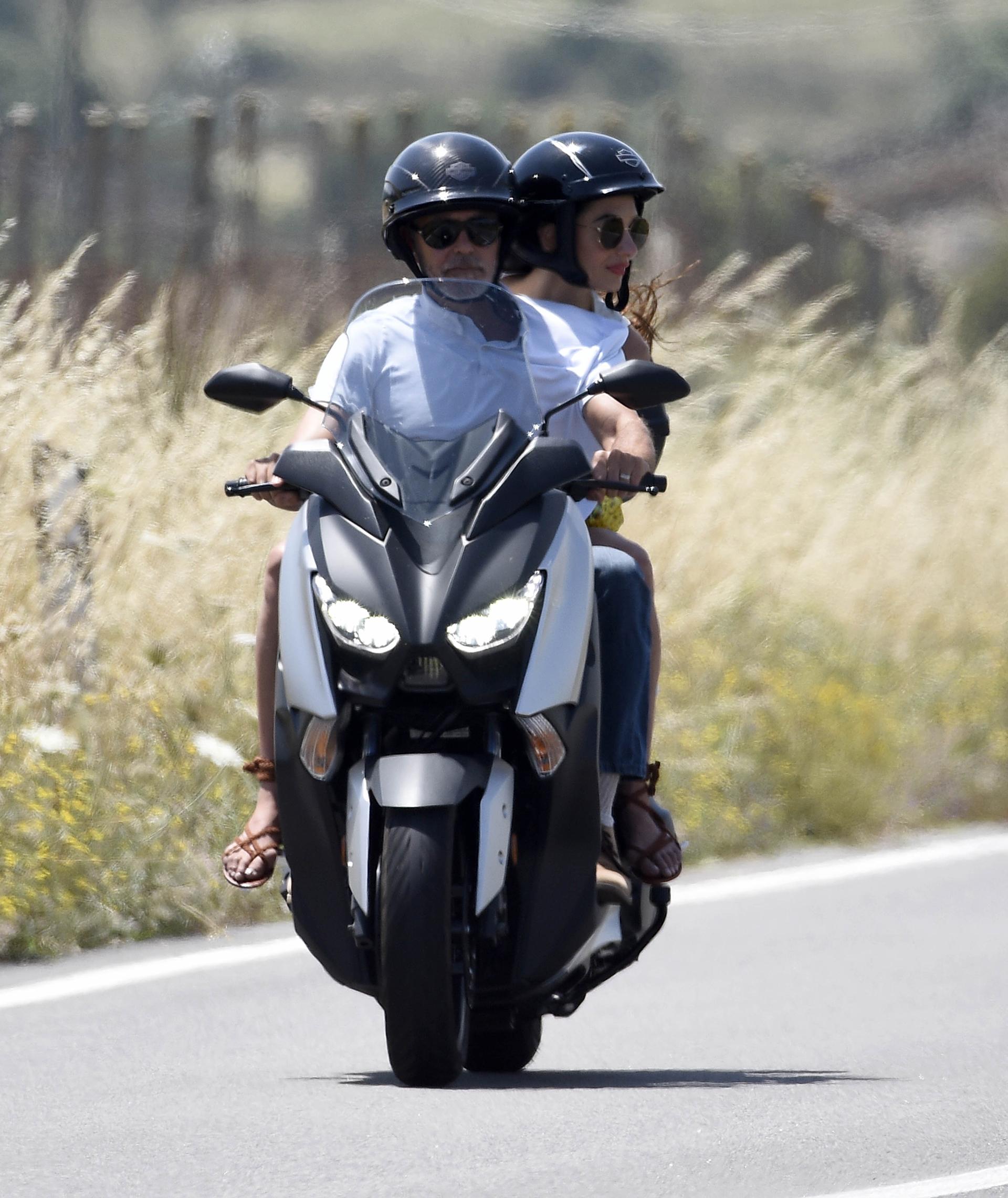 George Clooney y su esposa Amal suelen ser vistos circulando por Cerdeña con el rodado. (Grosby Group)