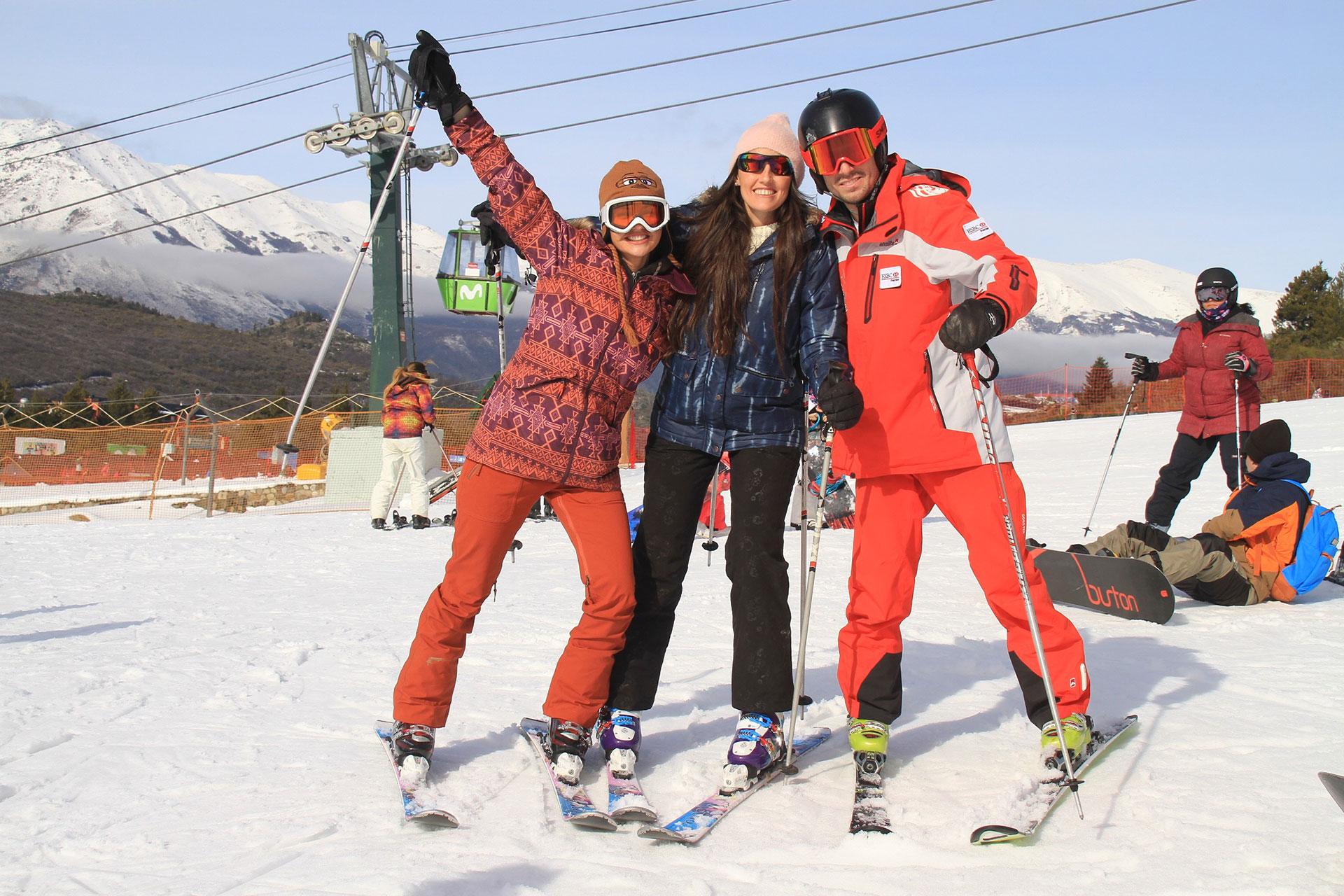 Sofía Jiménez junto a su hermana Inés y Francisco, el instructor.