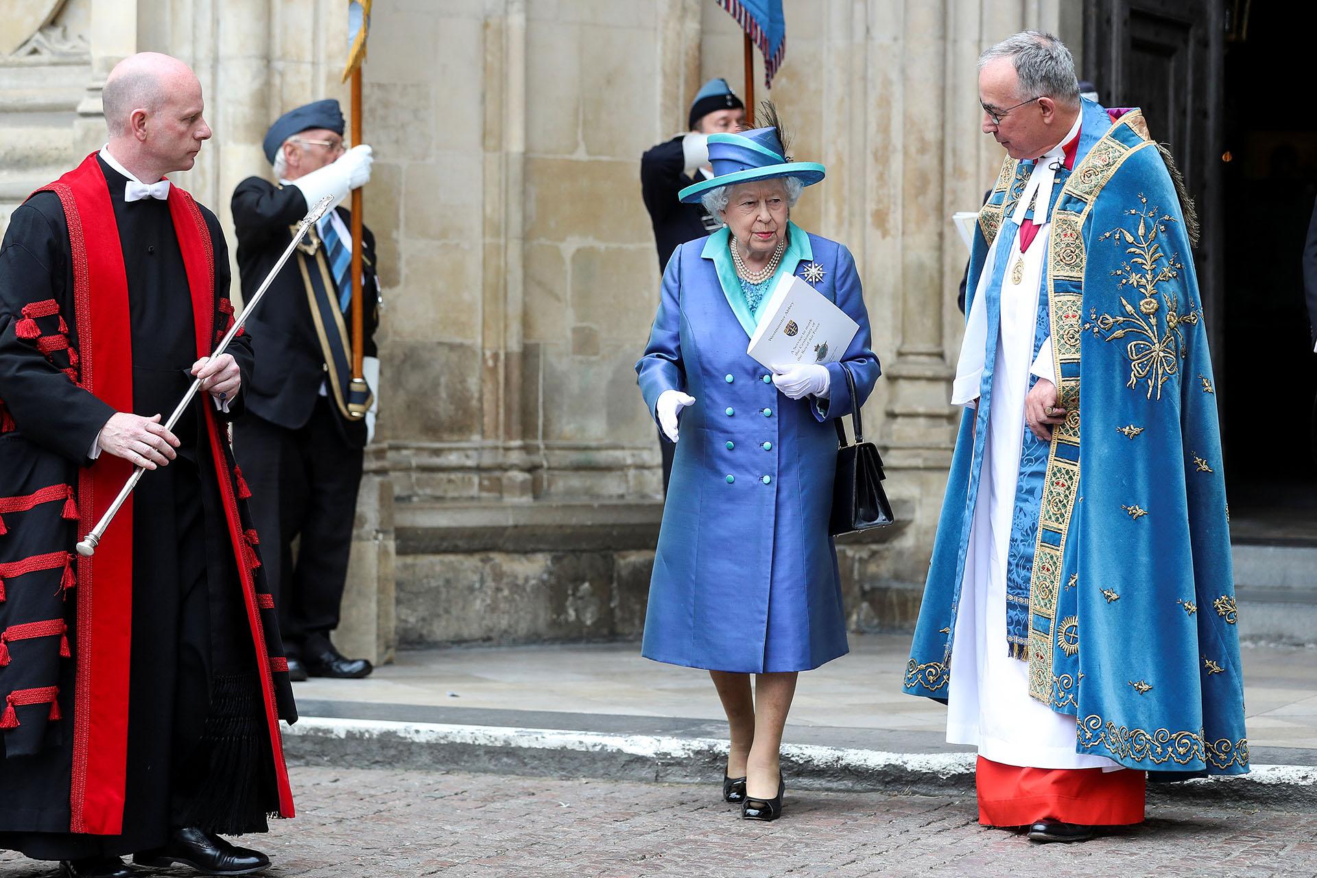 La reina Isabel II en la Abadía de Westminster, donde tuvo lugar un servicio religioso por el centenario de la Fuerza Aérea Real
