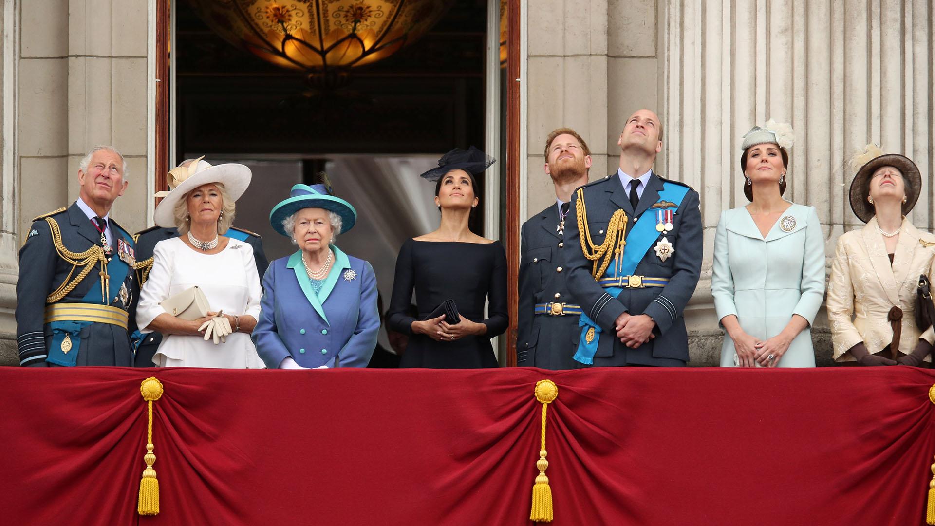 La familia real británica a pleno en el balcón del Palacio de Buckingham: el príncipe Carlos, Camila de Cornualles, la reina Isabel, Meghan de Sussex, el príncipe Harry, el príncipe Guillermo, Catalina de Cambridge y la princesa Ana observan la demostración de la Fuerza Aérea Real