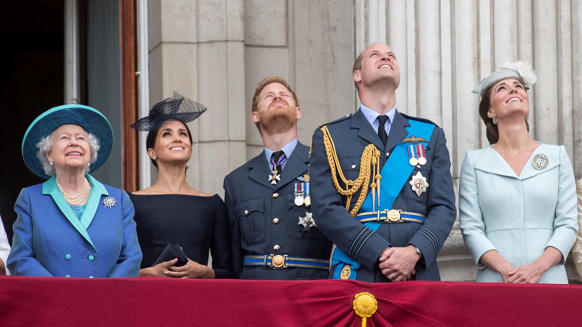 Ambas duquesas observan la demostración aérea, acompañadas por sus maridos y la reina Isabel. Sin embargo, en esta oportunidad, Catalina de Cambridge parece haber ganado este duelo de estilos, ya que su look estuvo más acorde a un evento diurno /// Fotos: Reuters