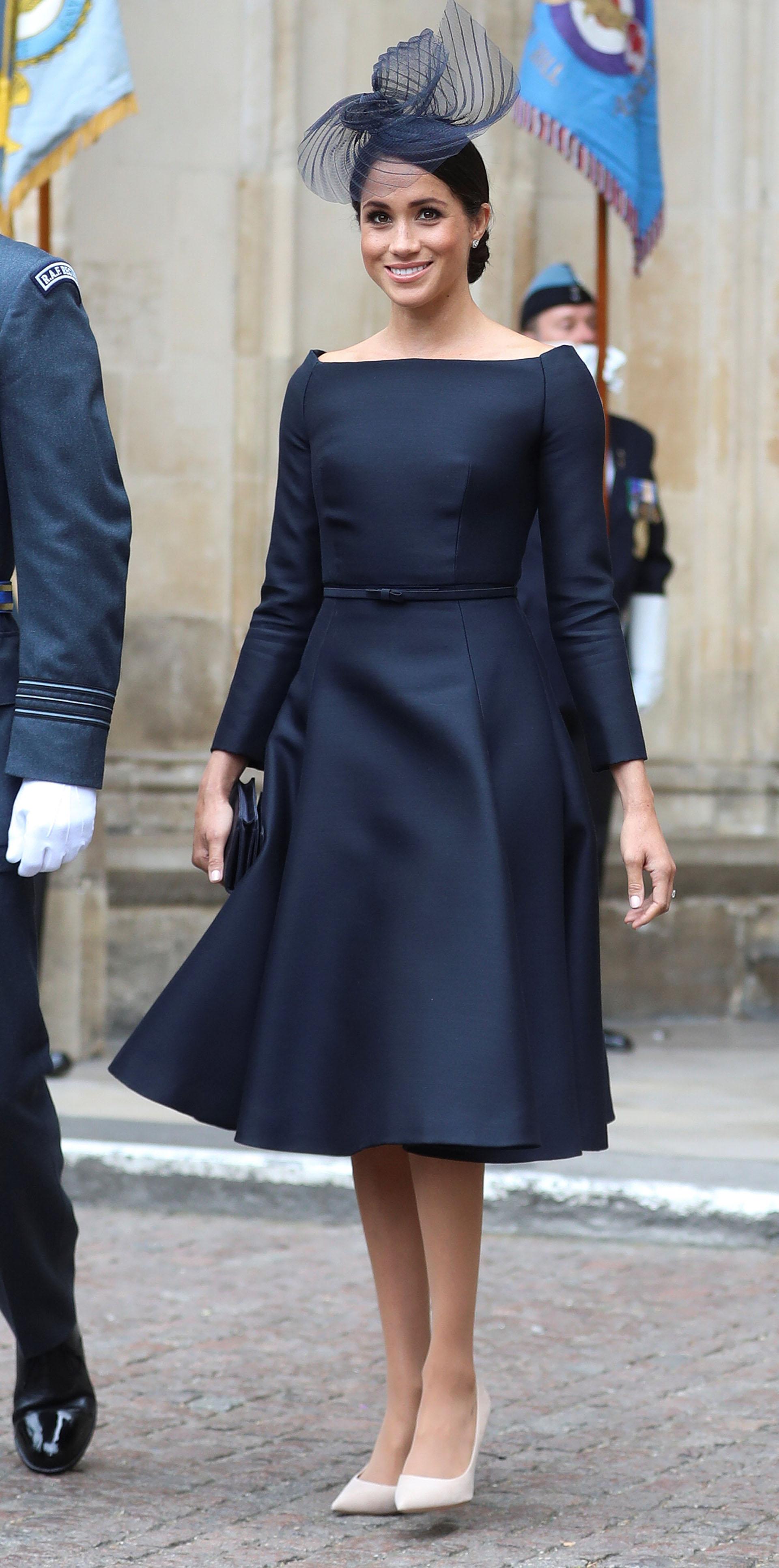 Sin embargo y a pesar de lucir muy elegante, la elección de un vestido negro (combinado con stilettos claros) durante un evento diurno no pareció ser la más acertada