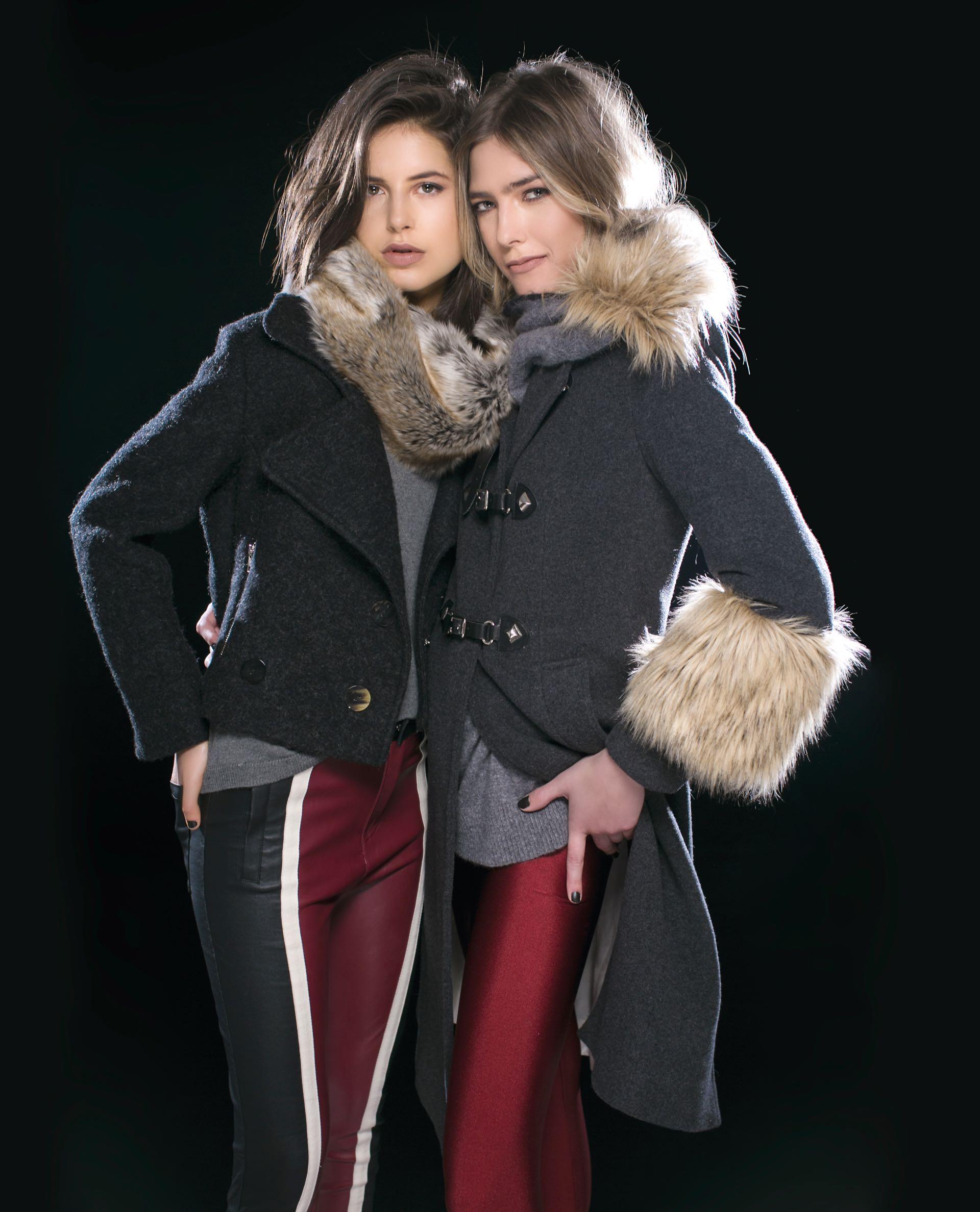 Gabi: chaqueta de bouclé y pantalón de cuero (antes $ 9.340, AHORA $ 7.480 y antes $ 2.560, AHORA $ 1.980, Mishka), suéter de lana con apliques de perlas (antes $ 2.700, AHORA $ 1.925, Wanama) y cuello de piel sintética (antes $ 2.800, AHORA $ 2.100, Vitamina). Milena: tapado de paño con cuello y puños de piel sintética (antes $ 9.800, AHORA $ 6.500, Uma) y suéter polera bicolor (antes $ 3.700, AHORA $ 2.300, Vitamina).(Foto: Sebastián Cid/ Para Ti)