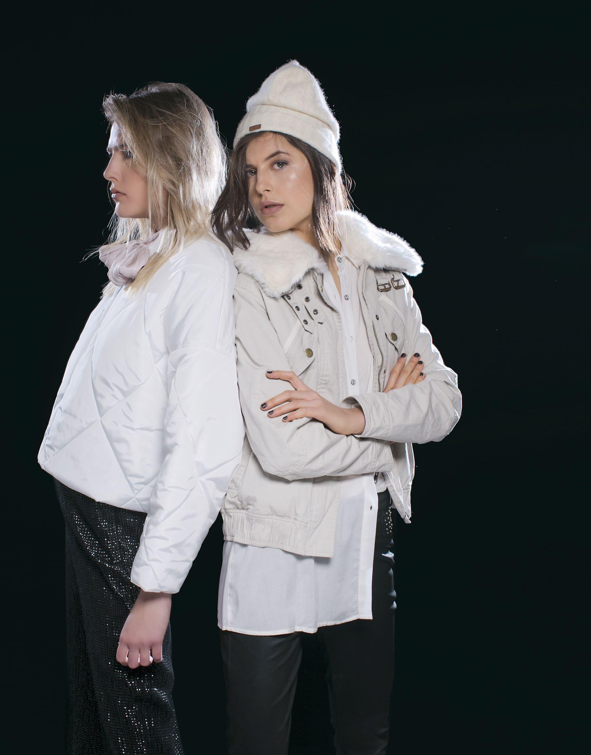 Milena: campera corta (antes $ 5.990, AHORA $ 4.190, Trosman), blusa de seda con lazo (antes $ 2.700, AHORA $ 1.600, Rapsodia) y maxipantalón bordado de lentejuelas (antes $ 4.400, AHORA $ 2.400, Uma). Gabi: campera con piel sintética en el cuello y en el interior y camisa larga (antes $ 5.400, AHORA $ 4.390 y antes $ 1.690, AHORA $ 990, Wanama) y pantalón de cuero con tachas.(Foto: Sebastián Cid/ Para Ti)