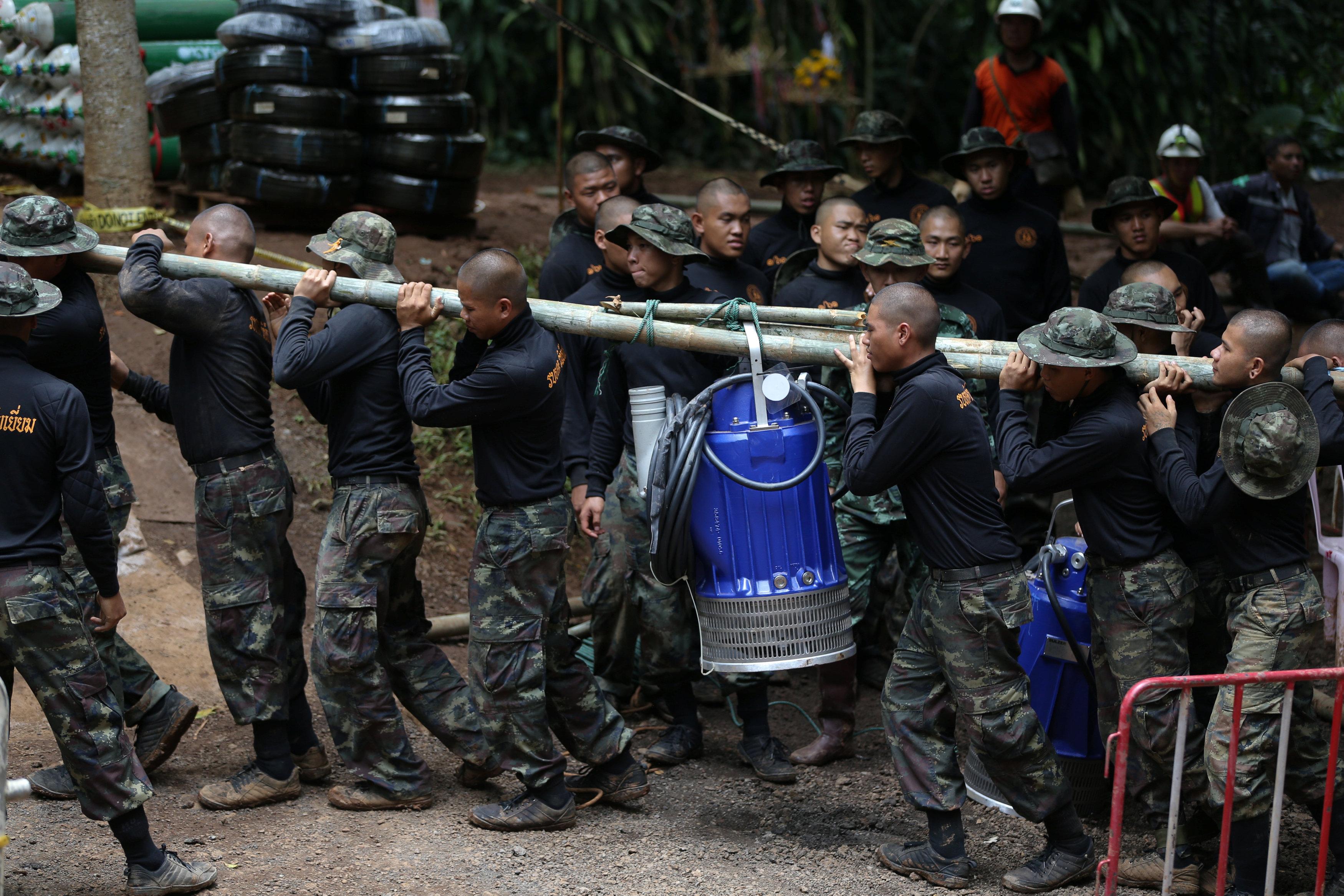 Soldados tailandeses transportan, el 6 de julio, parte del equipo utilizado para rescatar a 12 niños que quedaron atrapados en una cuevadela provincia de Chiang Rai