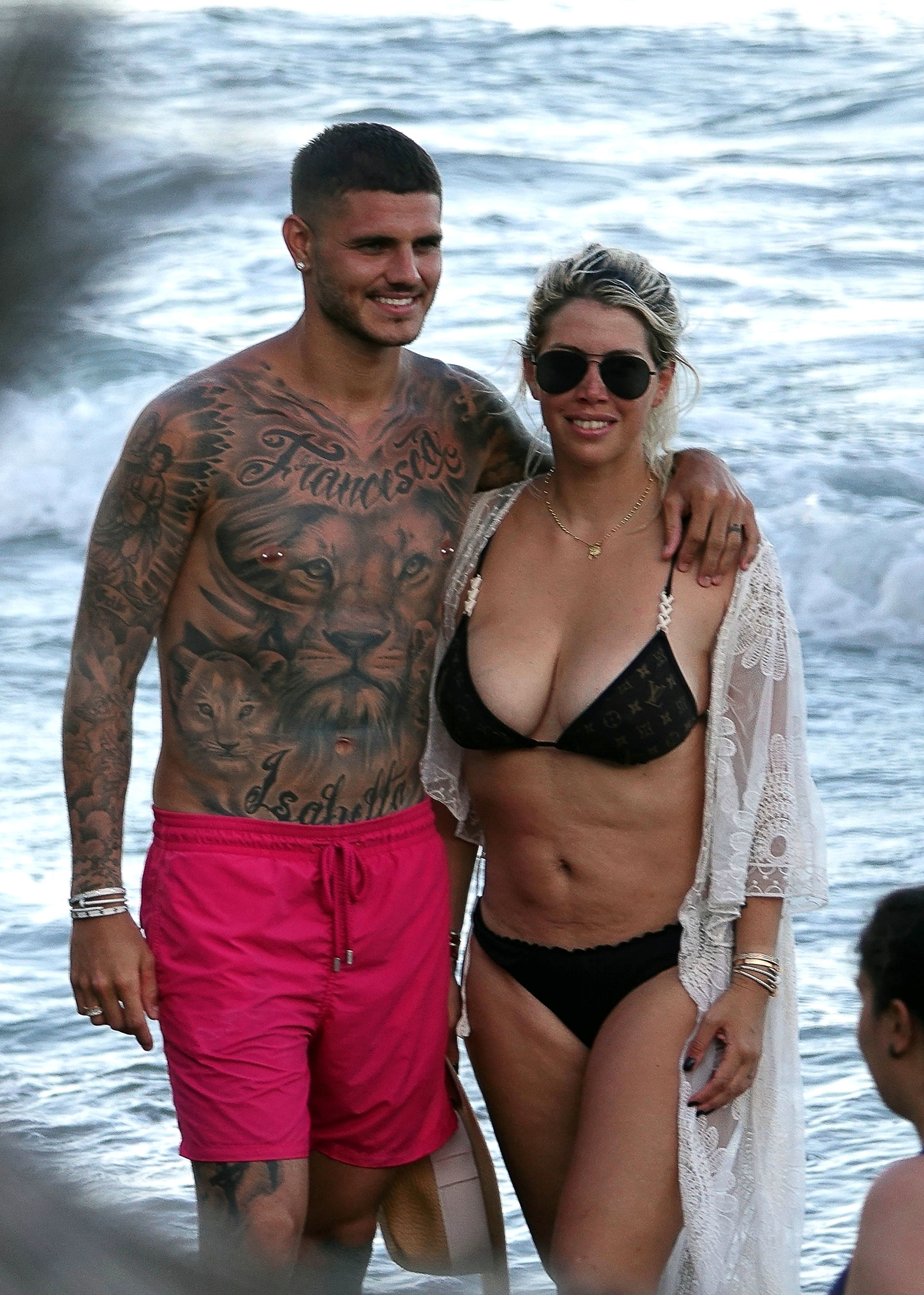 El jugador del Inter de Milán y su esposa están disfrutando de Ibiza, España (Photo © 2018 Backgrid UK/The Grosby Group / Spain: Lagencia Grosby)