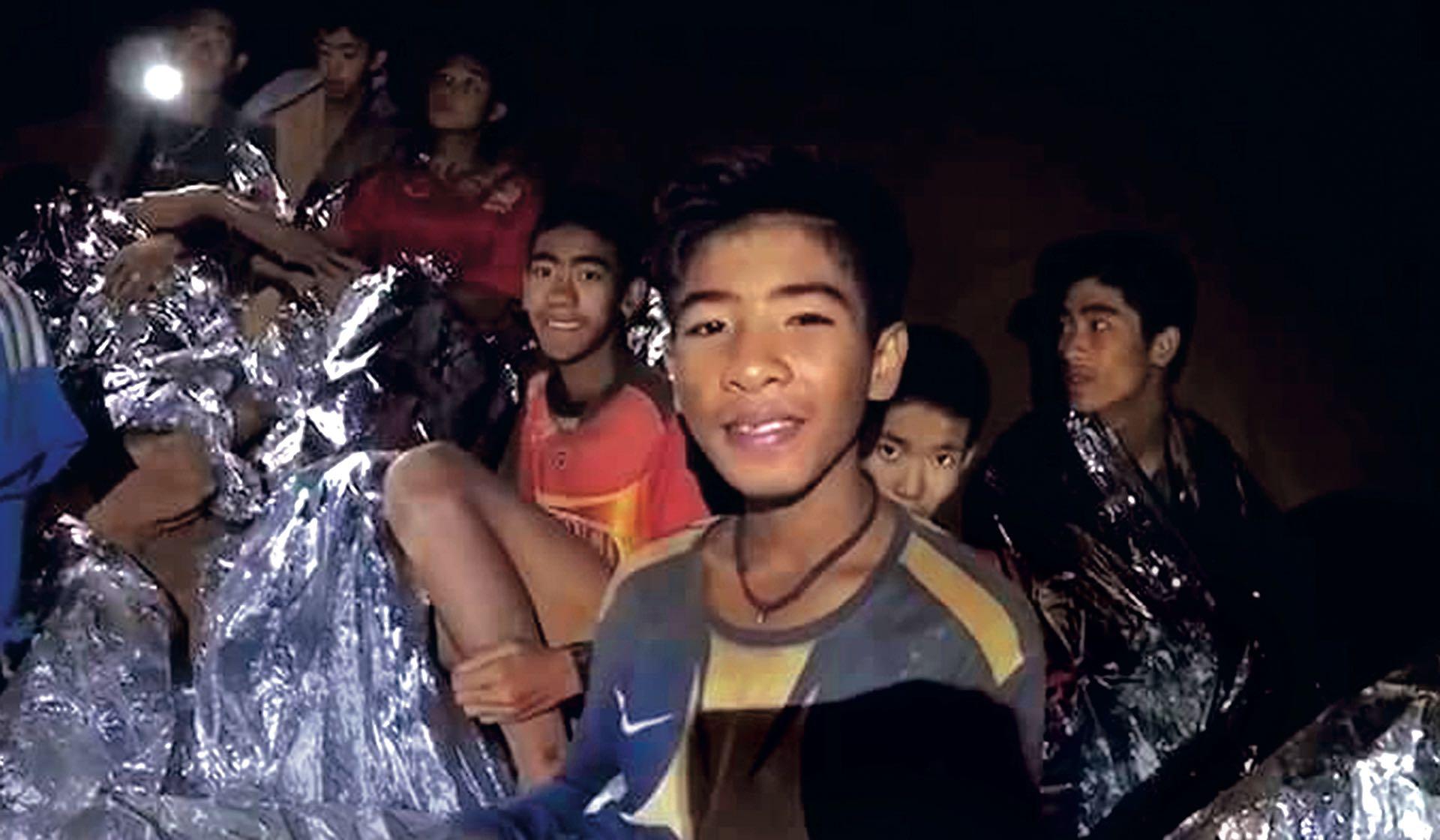 Los niños en la cueva. (Fotos: AFP y Facebook)
