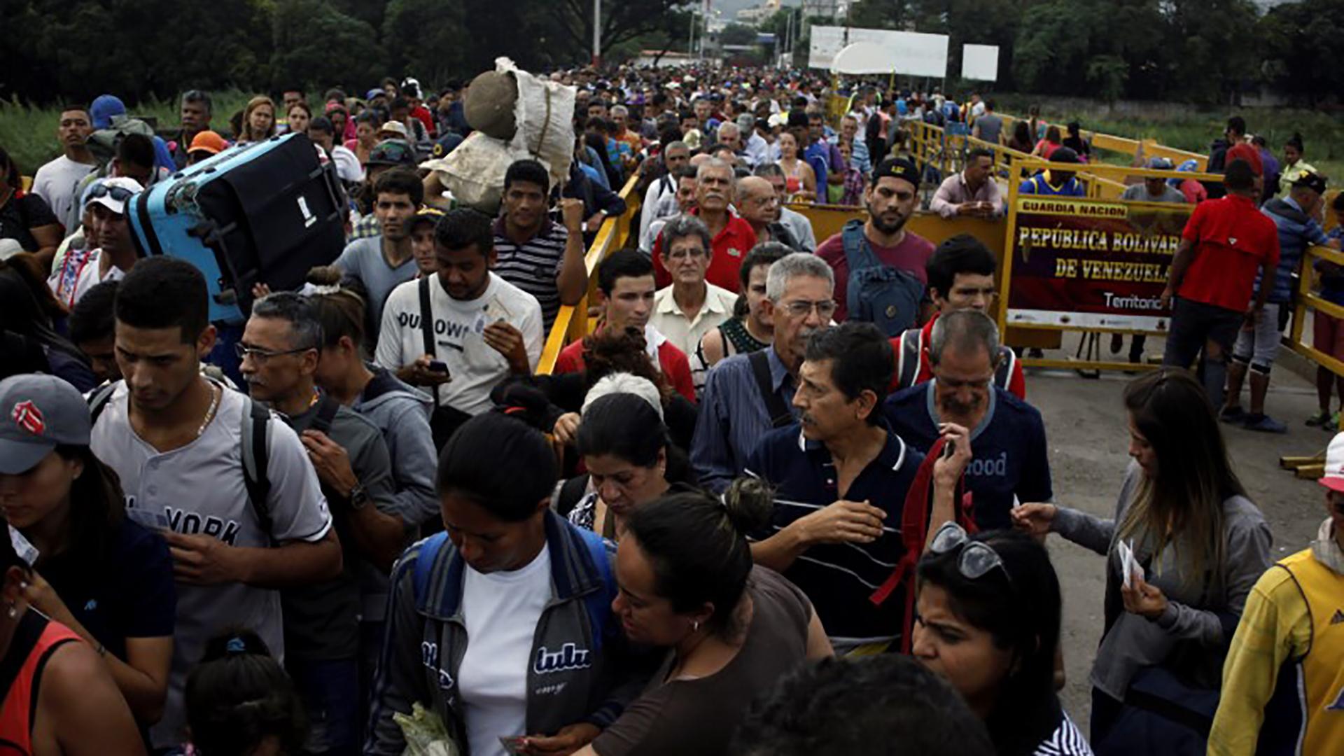 Al menos 16.000 personas fueron desplazadas en Colombia por combates entre dos guerrillas (Reuters)