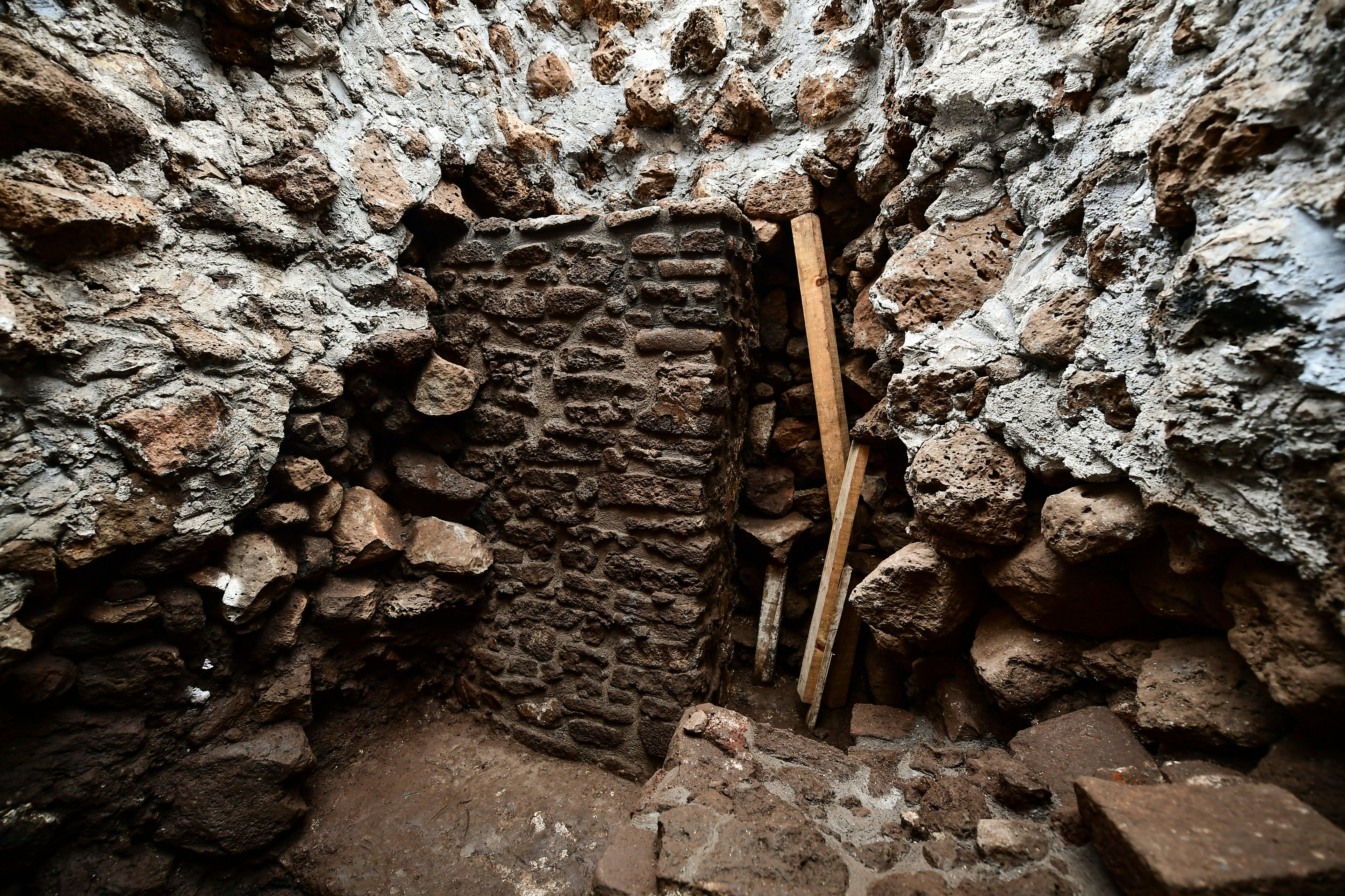 Vista del interior de la pirámide que se reveló gracias al terremoto (AFP / RONALDO SCHEMIDT)