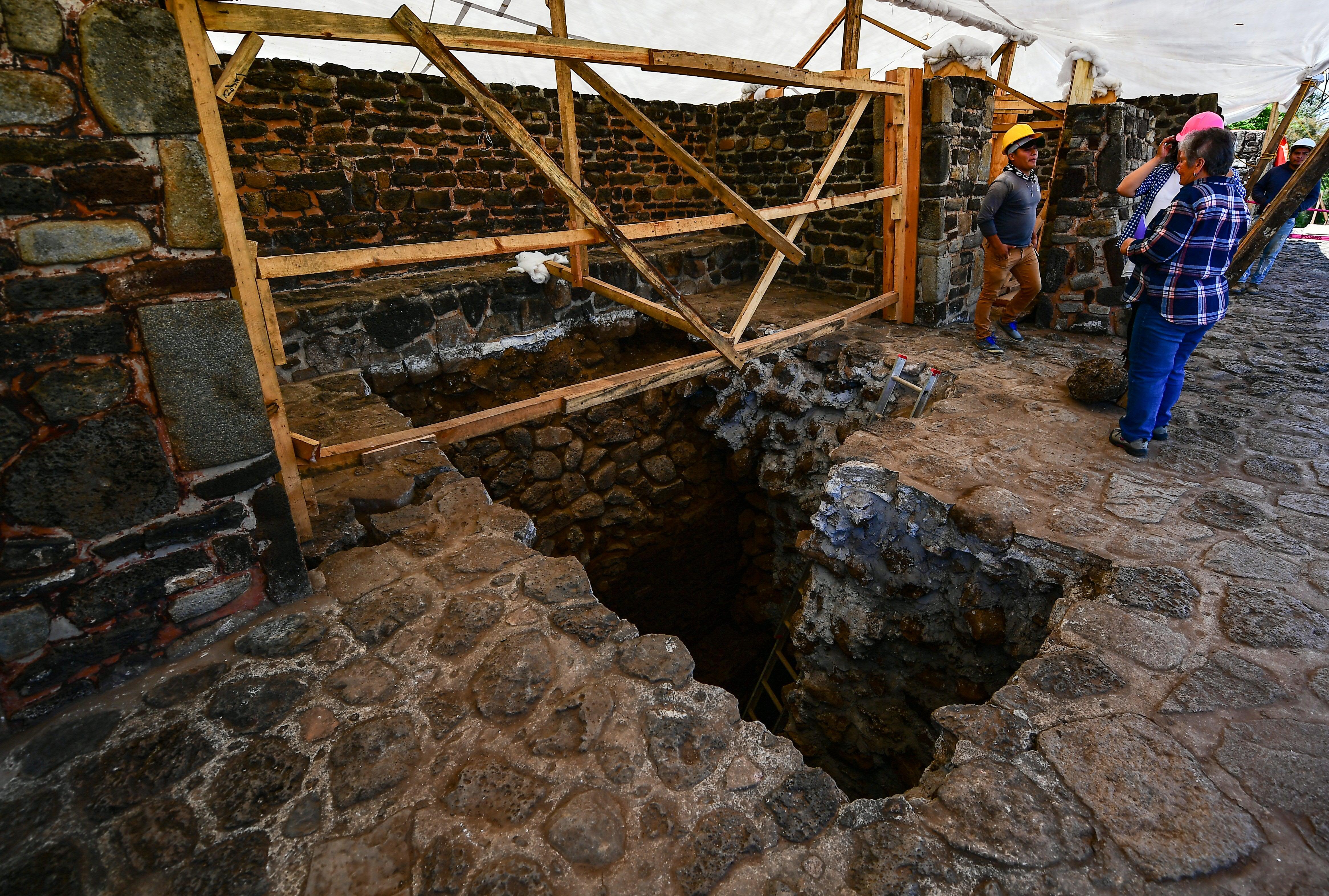 Esta estructura se estima es de alrededor del año 1150 de nuestra era, con lo que la historia cronológica de la pirámide de Teopanzolco, de unos 16 metros de altura, se recorre 240 años hacia atrás. (AFP / RONALDO SCHEMIDT)
