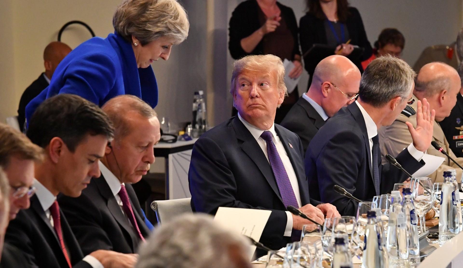 Donald Trump conversa con Theresa May durante una cena en el marco de la cumbre de la OTAN (Reuters)