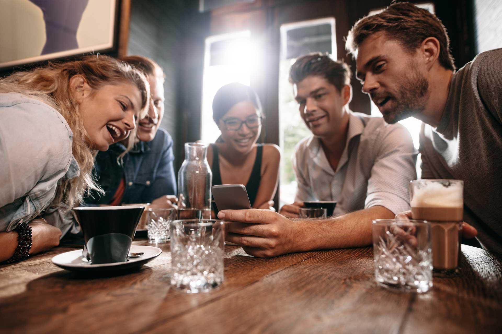 Es mejor que se establezcan limites en los medios de comunicación, como el uso de celular, y entre amigos (Foto: Especial)