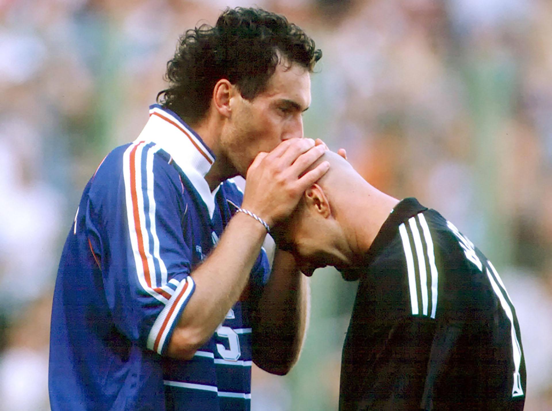 Del beso de Blanc a la cabeza calva de Barthez hasta emprolijar el bigote de Rami: las cábalas de Francia con veinte años de diferencia